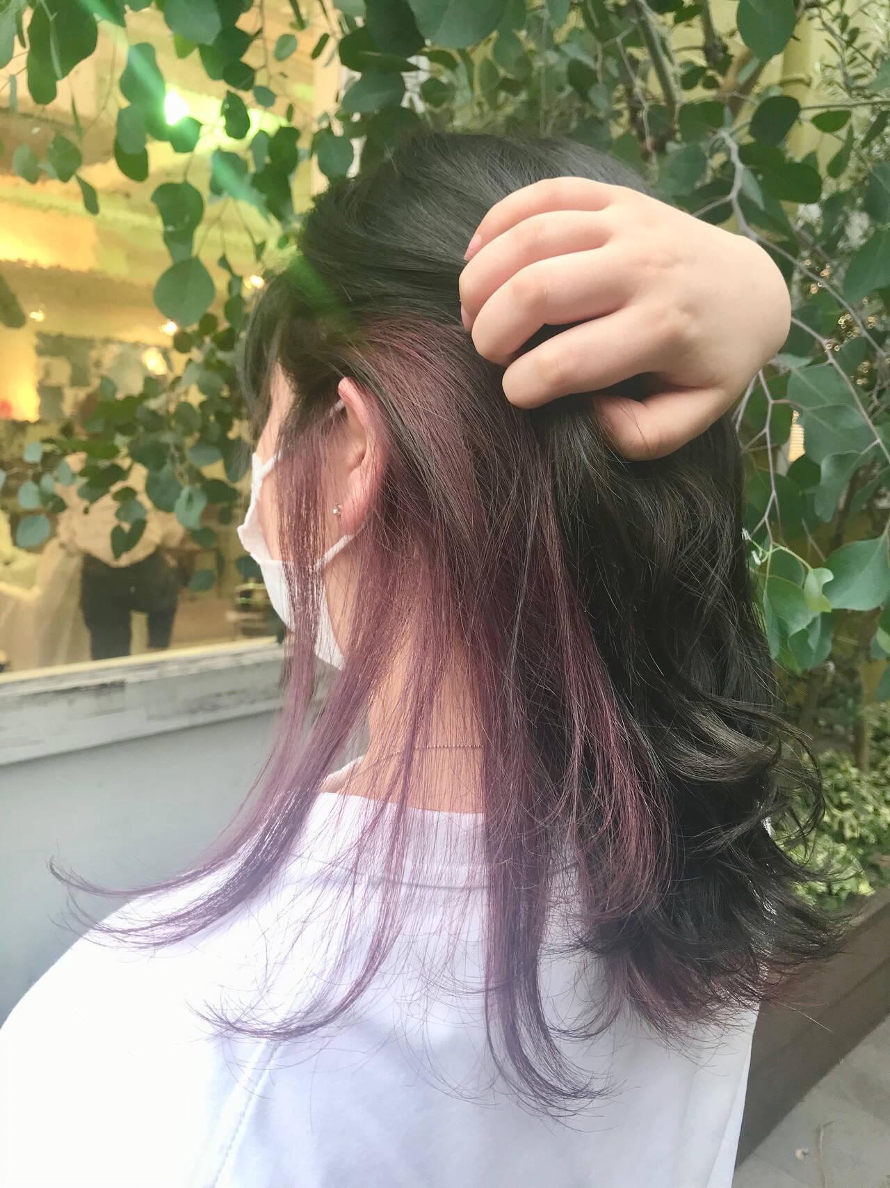 セミロング インナーカラー インナーカラーパープル フェミニンヘアスタイルや髪型の写真・画像