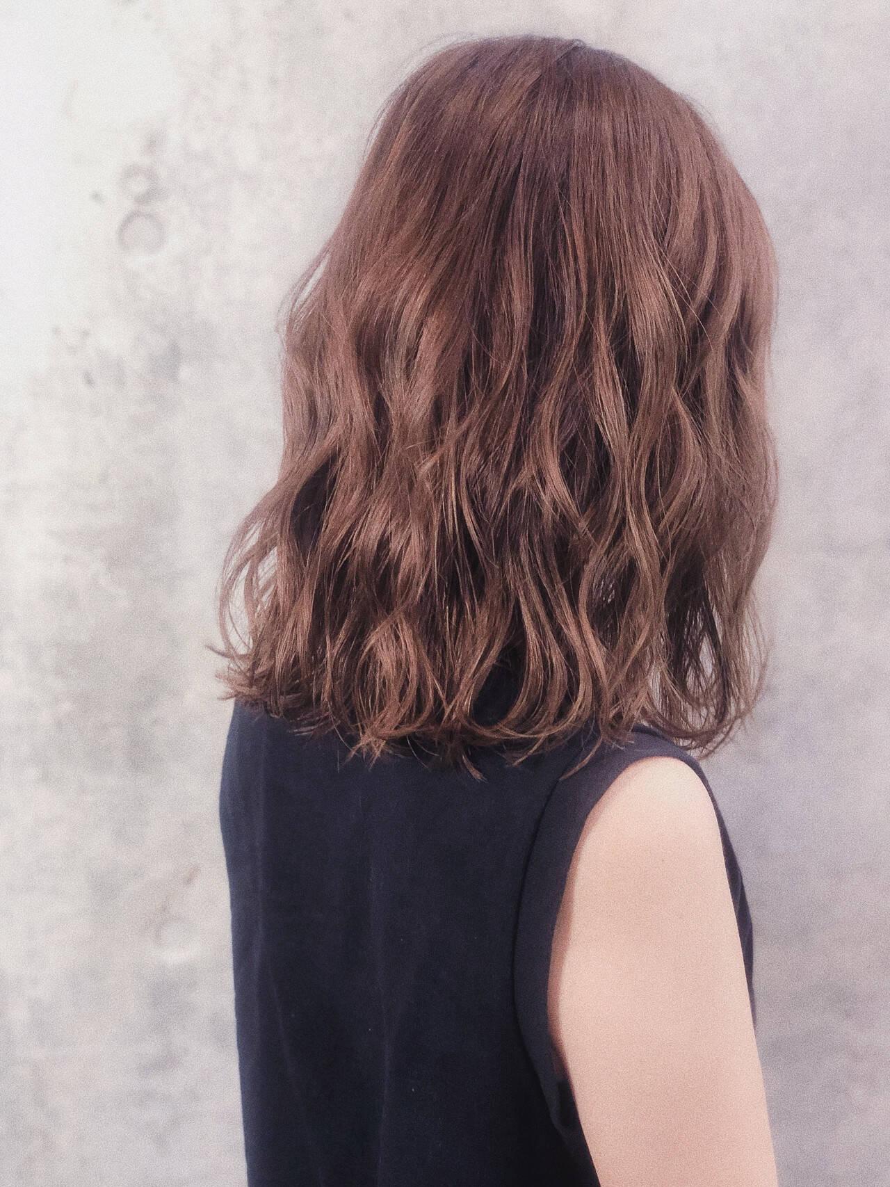 大人ハイライト ミディアム アンニュイほつれヘア ベージュヘアスタイルや髪型の写真・画像