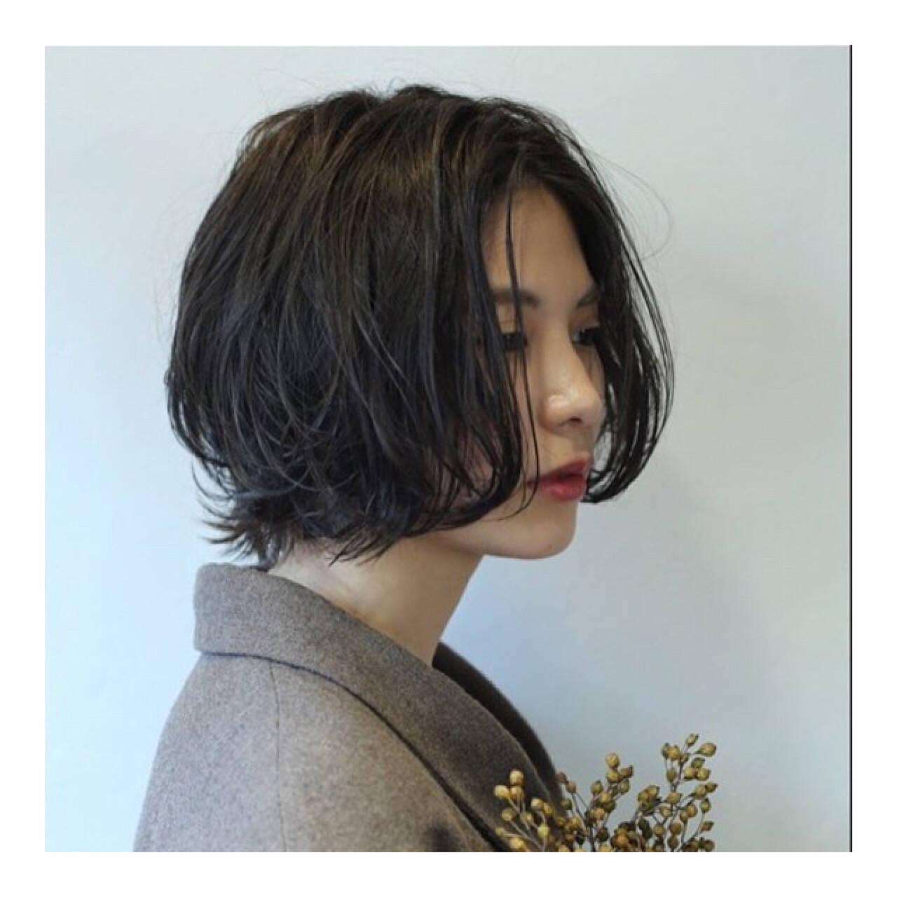センターパート ボブ ナチュラル パーマヘアスタイルや髪型の写真・画像