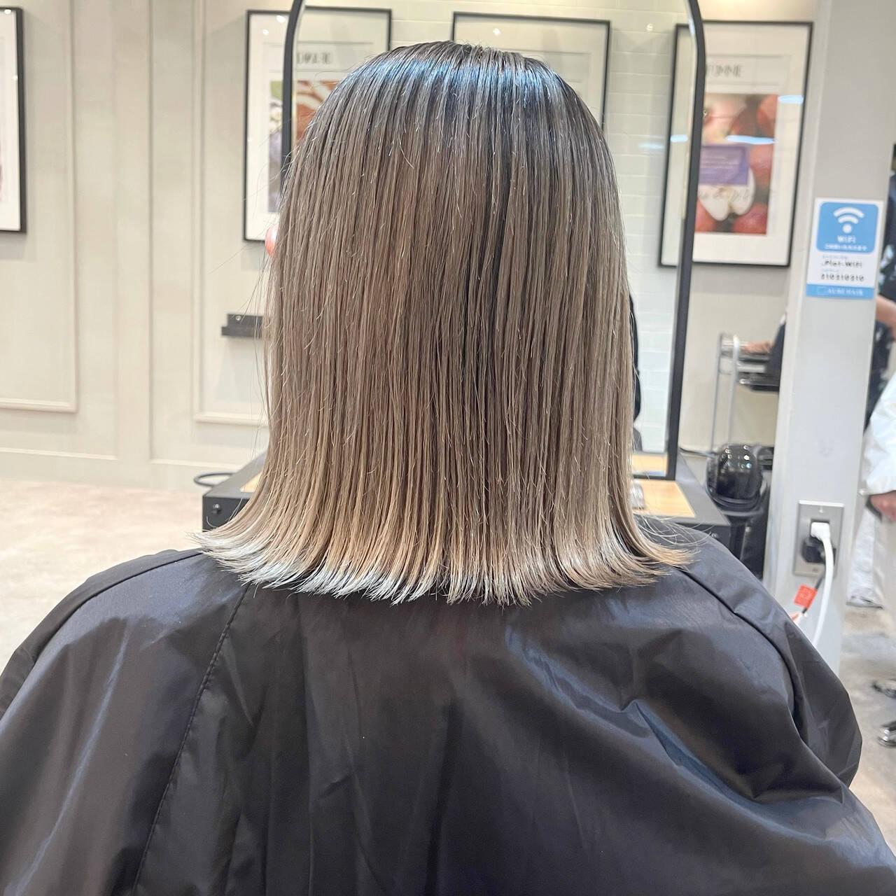 バレイヤージュ グレージュ ミディアム 外ハネヘアスタイルや髪型の写真・画像