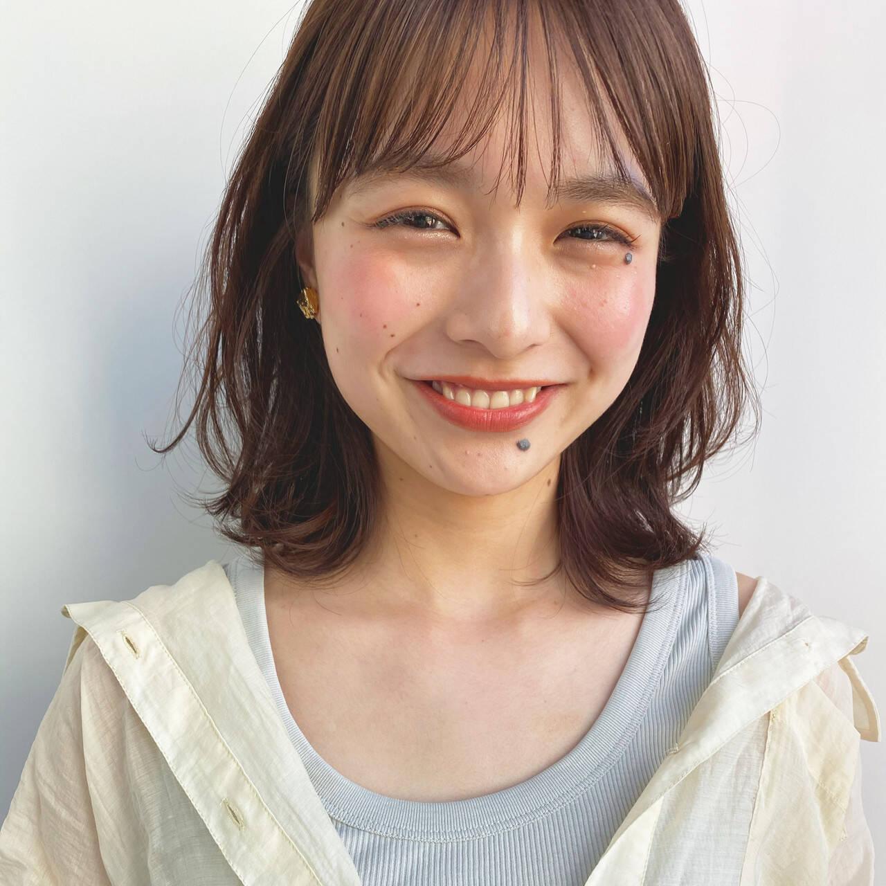 ミディアムレイヤー ミディアム 小顔 前髪ありヘアスタイルや髪型の写真・画像