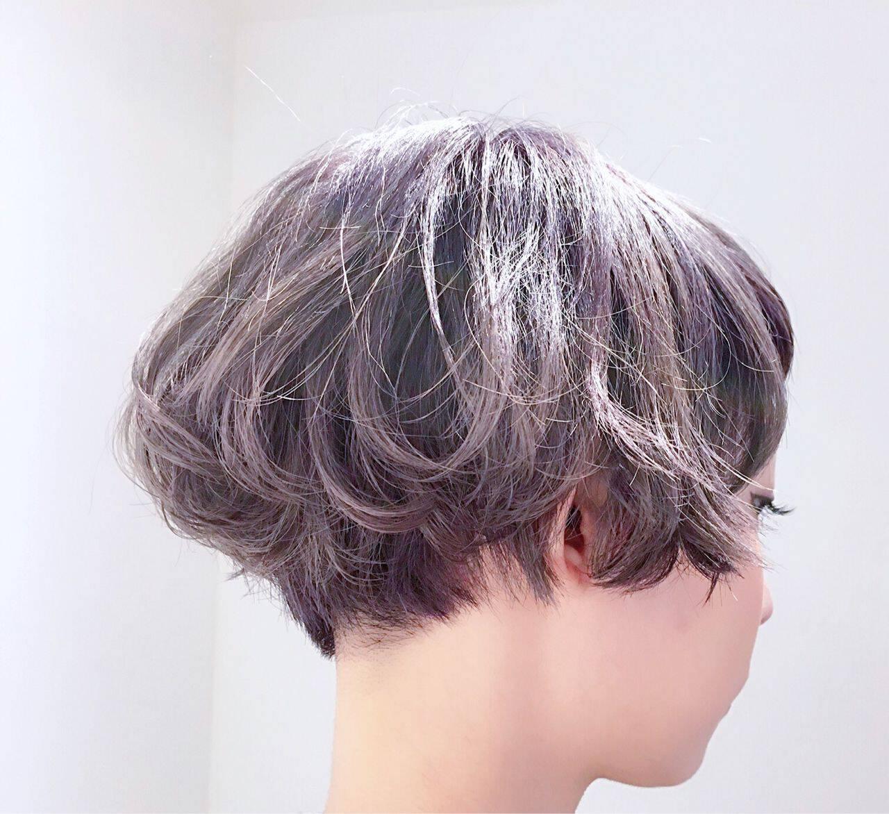 卵型 ハイライト 暗髪 グレーヘアスタイルや髪型の写真・画像