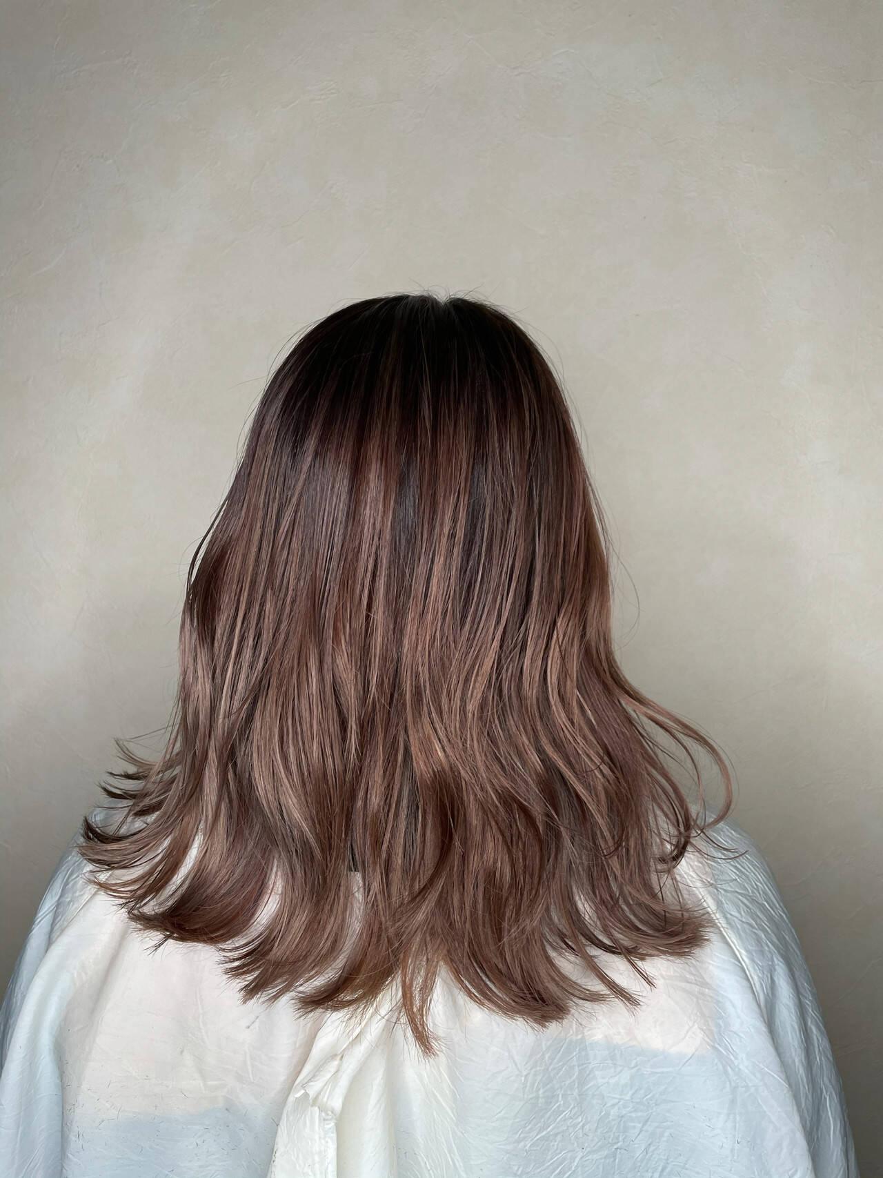 ミディアム グレージュ バレイヤージュ ピンクヘアスタイルや髪型の写真・画像