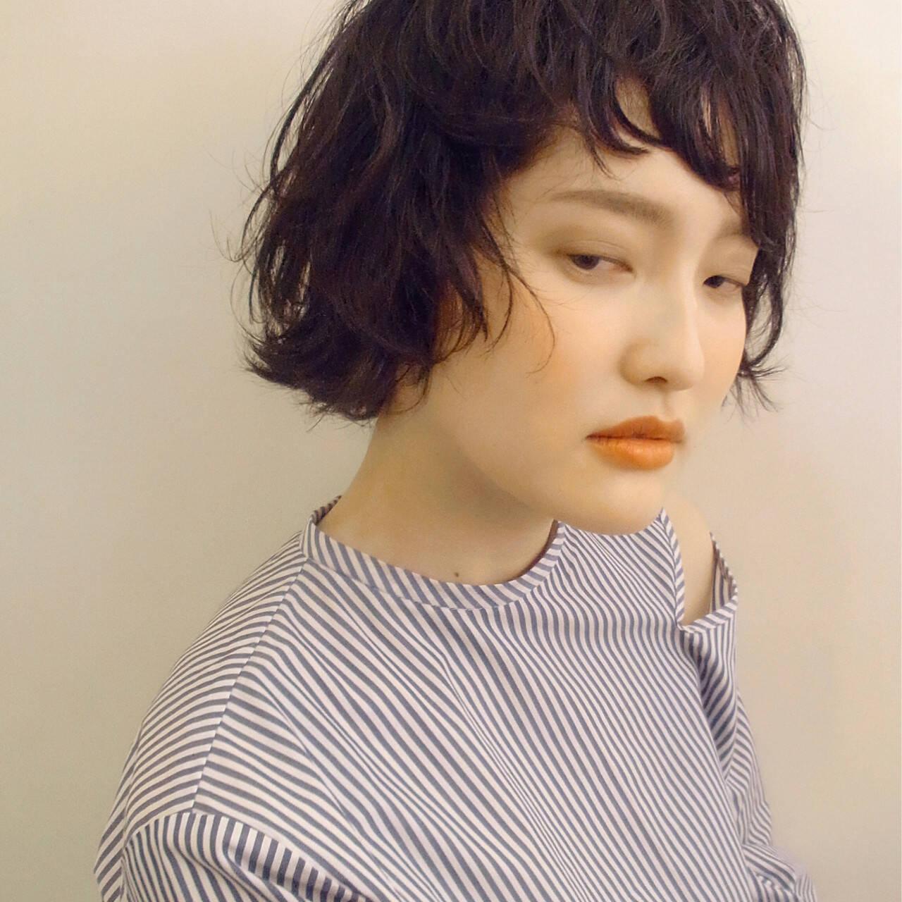 グレージュ ショート 暗髪 リラックスヘアスタイルや髪型の写真・画像