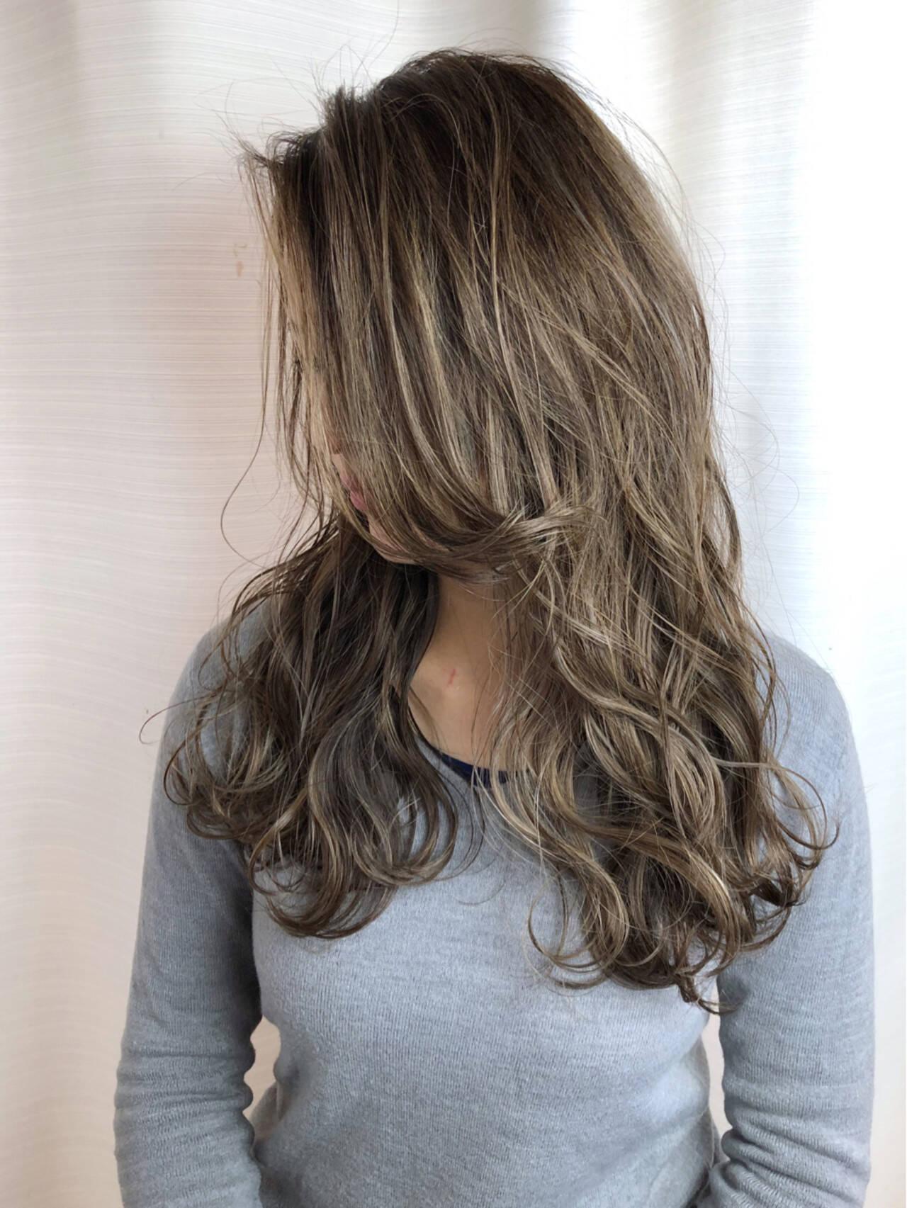 アッシュ フェミニン 外国人風カラー ハイライトヘアスタイルや髪型の写真・画像