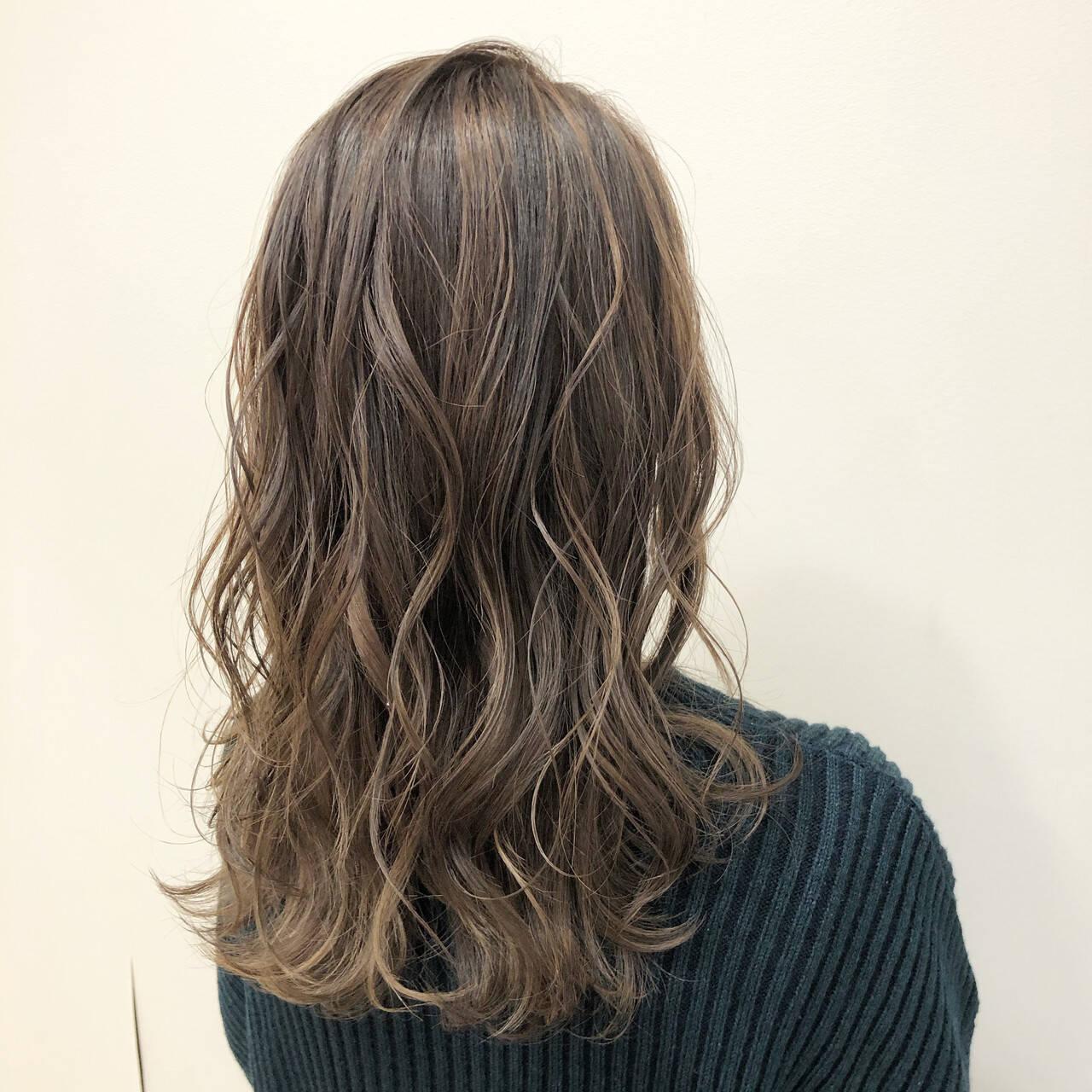 ブリーチカラー セミロング ミルクティーベージュ ミルクティーグレージュヘアスタイルや髪型の写真・画像