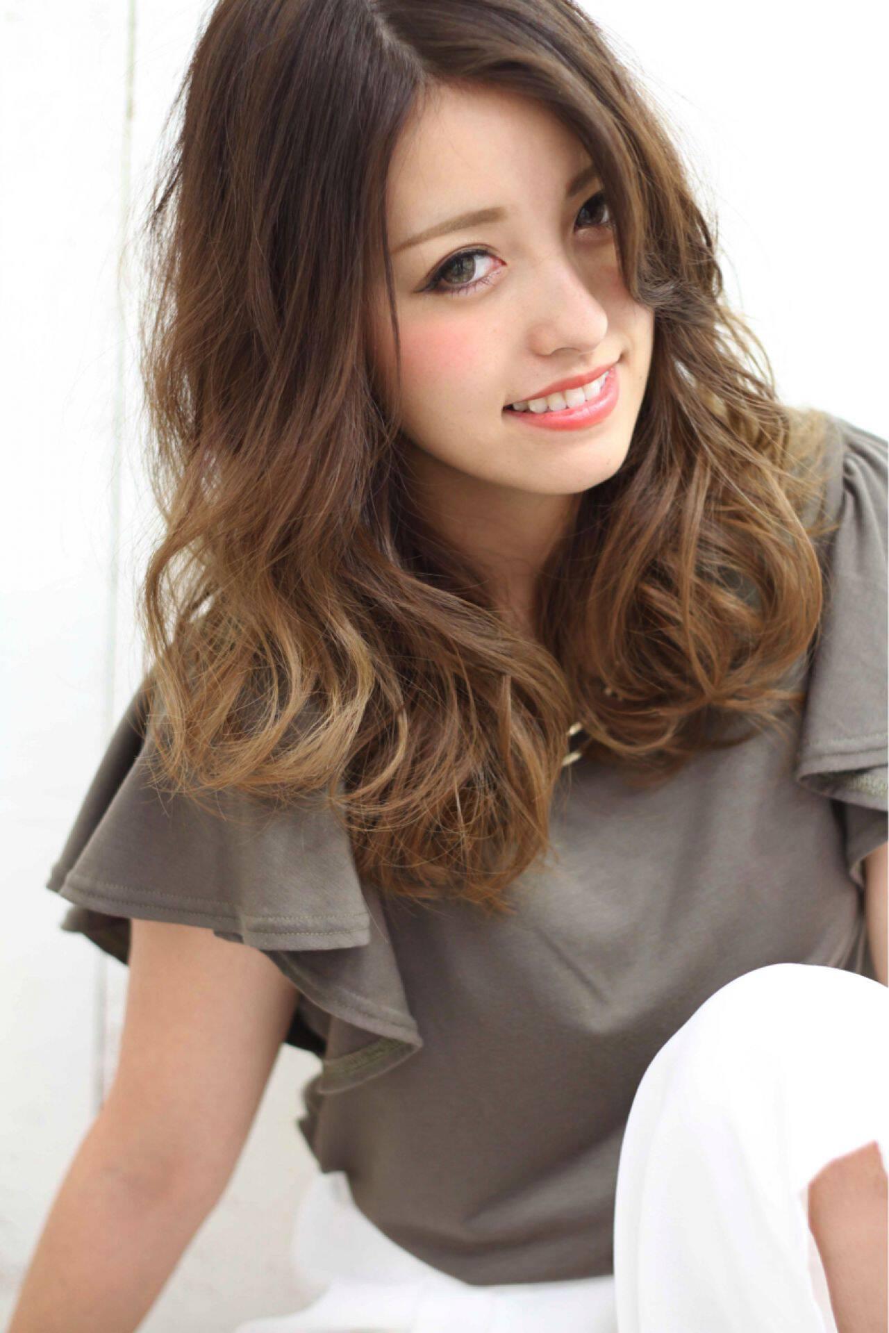 セミロング グラデーションカラー マルサラ ナチュラルヘアスタイルや髪型の写真・画像