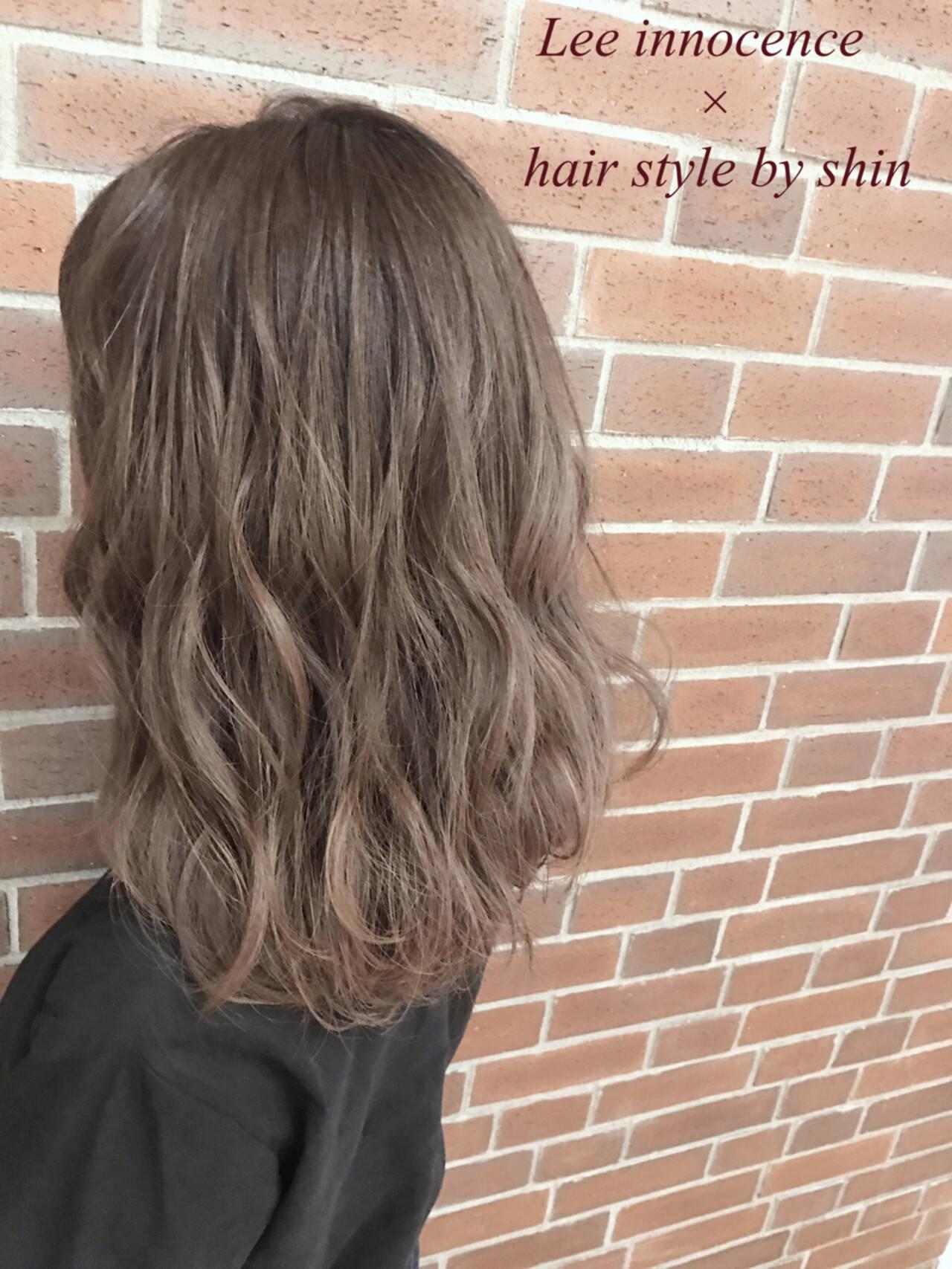 インナーカラー ハイライト アッシュ ナチュラルヘアスタイルや髪型の写真・画像