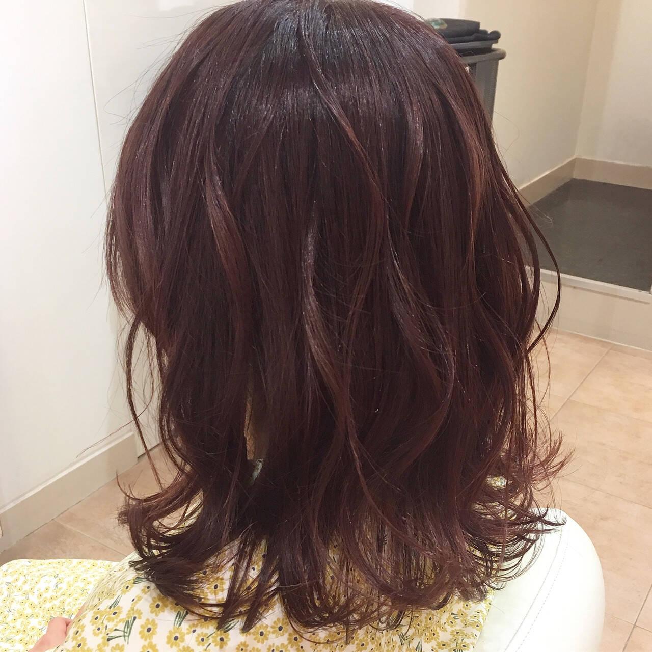 セミロング ゆる巻き 外巻きパーマ ガーリーヘアスタイルや髪型の写真・画像