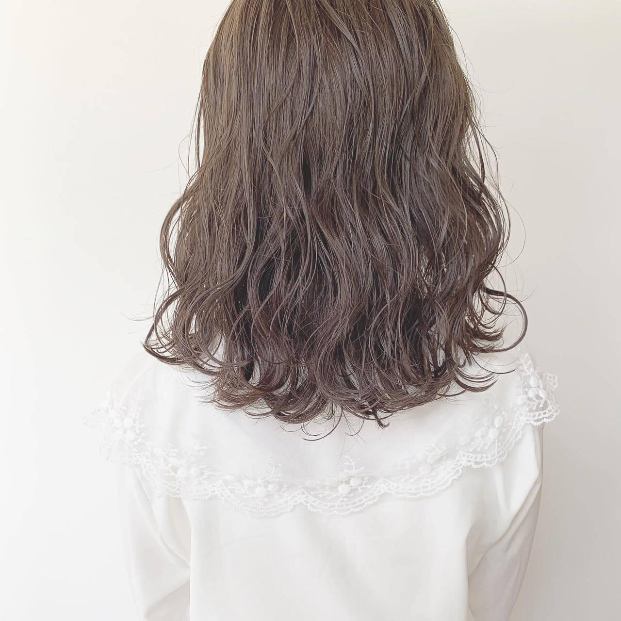 パーマ 透明感カラー ミディアム グレージュヘアスタイルや髪型の写真・画像