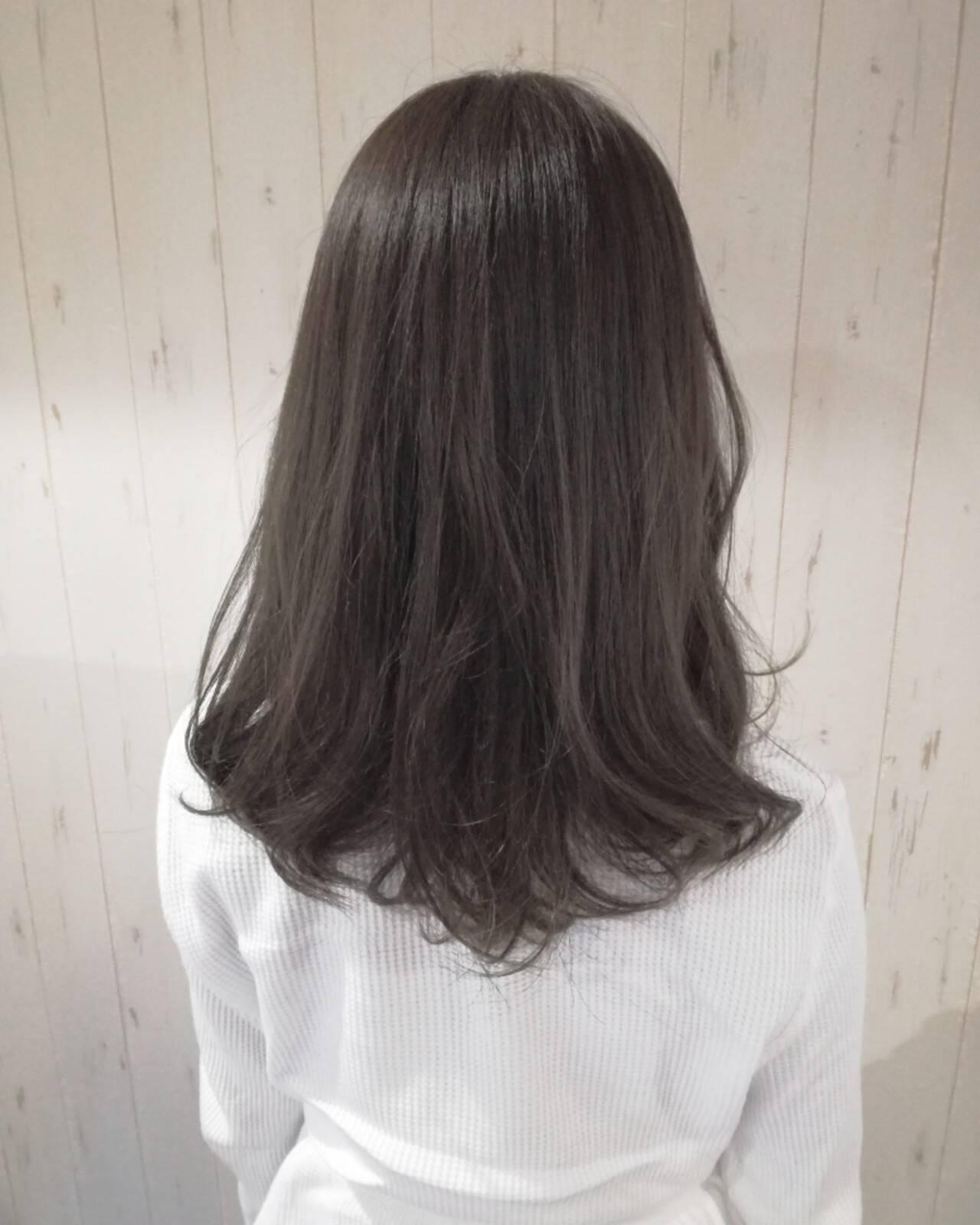 セミロング 暗髪 ナチュラル アッシュグレーヘアスタイルや髪型の写真・画像