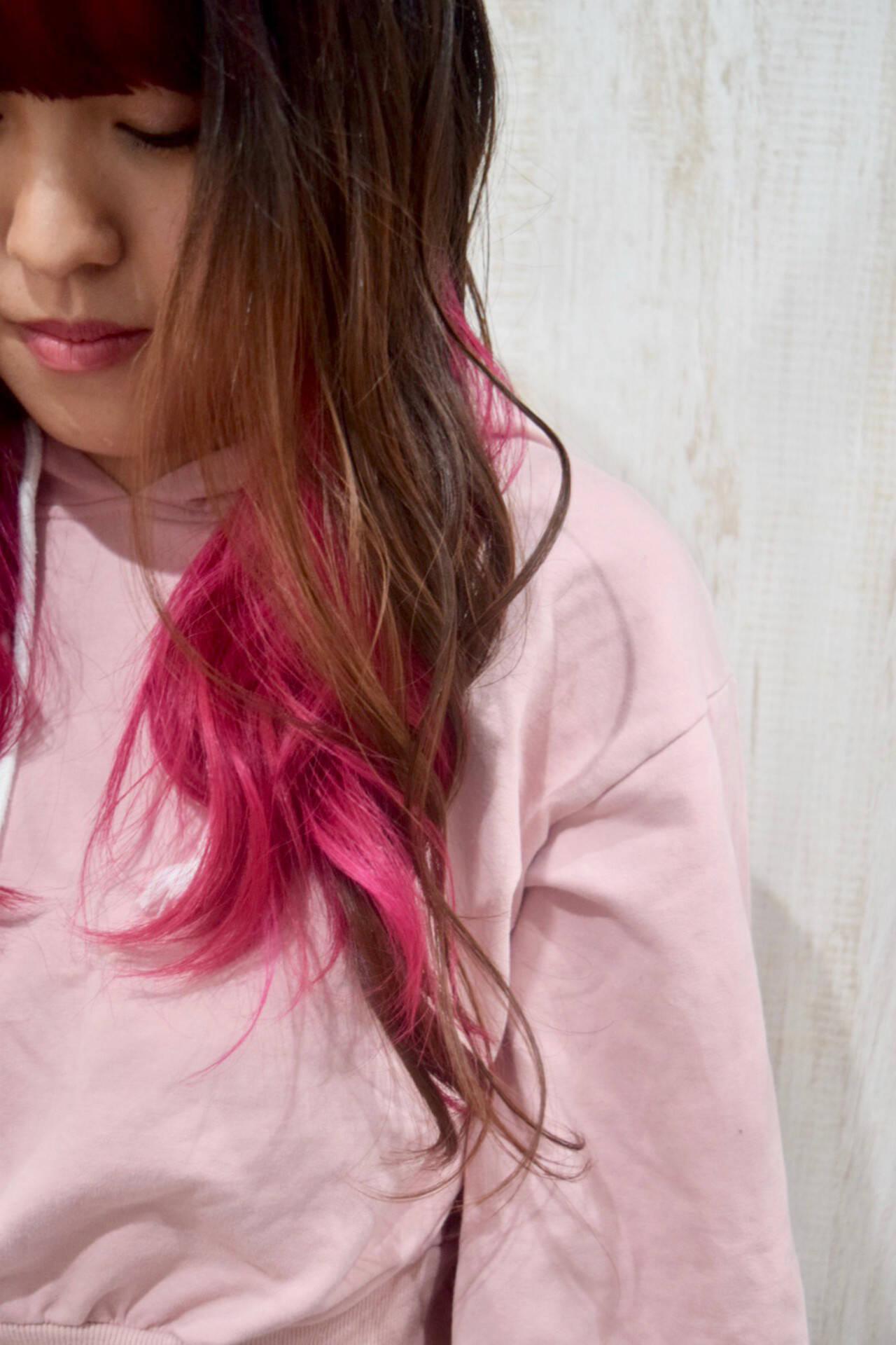 イベントカラー ラズベリーピンク フェミニン インナーカラーヘアスタイルや髪型の写真・画像