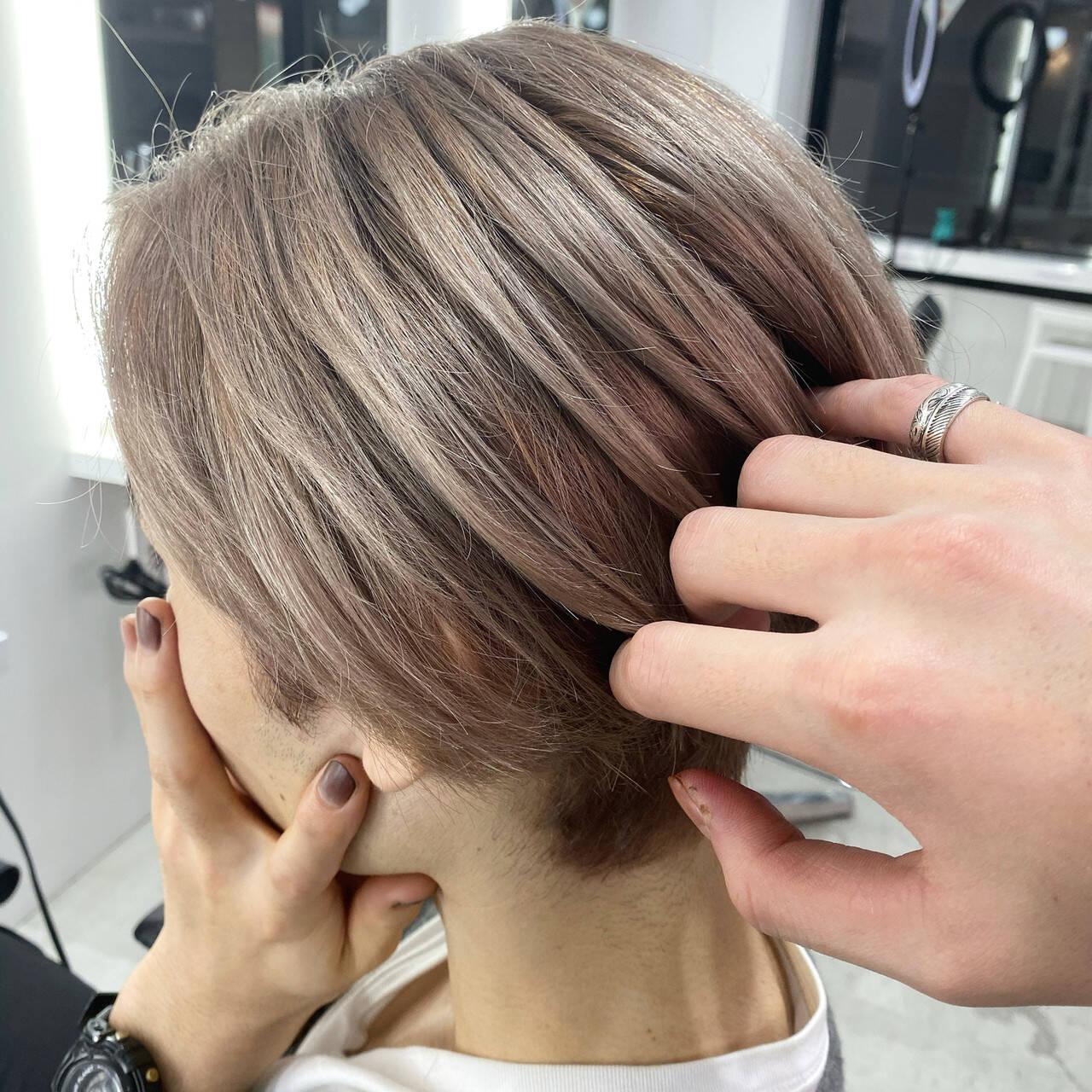 ナチュラル グレージュ ブリーチ ショートヘアスタイルや髪型の写真・画像