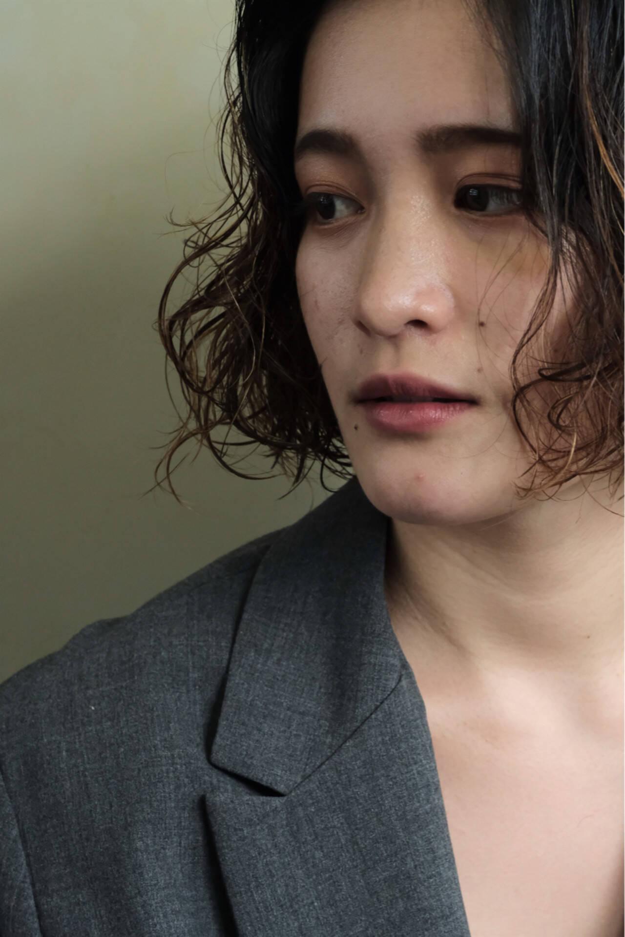 ウェーブ オフィス 外国人風 ナチュラルヘアスタイルや髪型の写真・画像