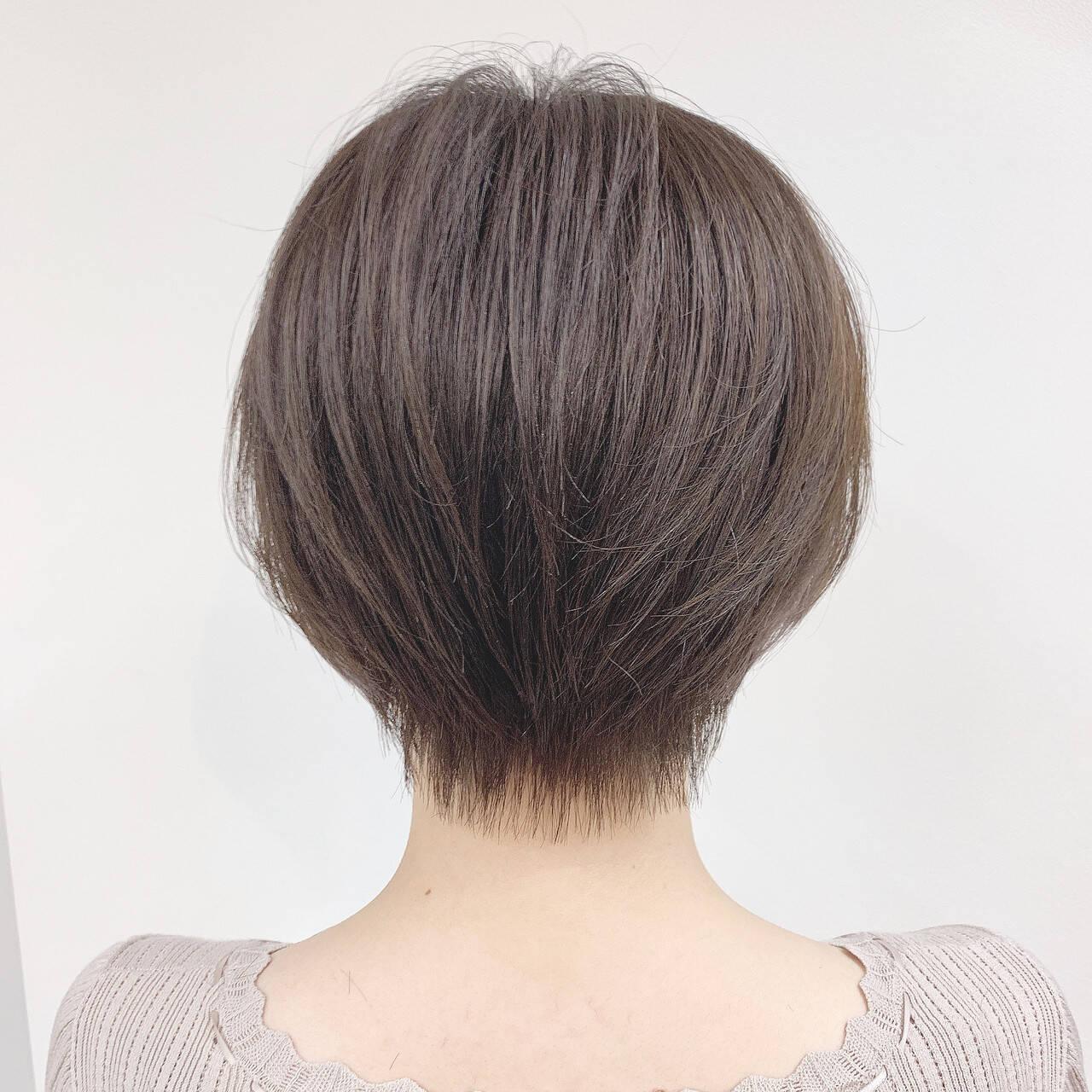 ナチュラル パーマ オフィス ショートヘアスタイルや髪型の写真・画像