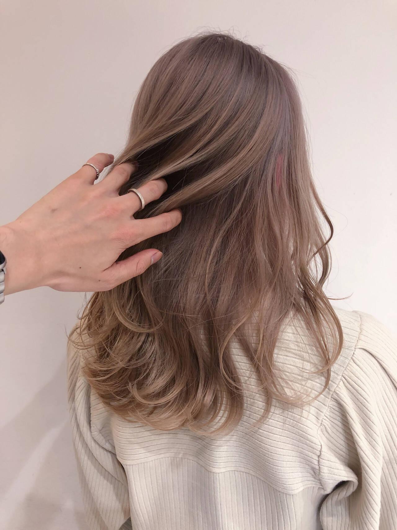 ロング ナチュラル ミルクティーブラウン ミルクティーアッシュヘアスタイルや髪型の写真・画像