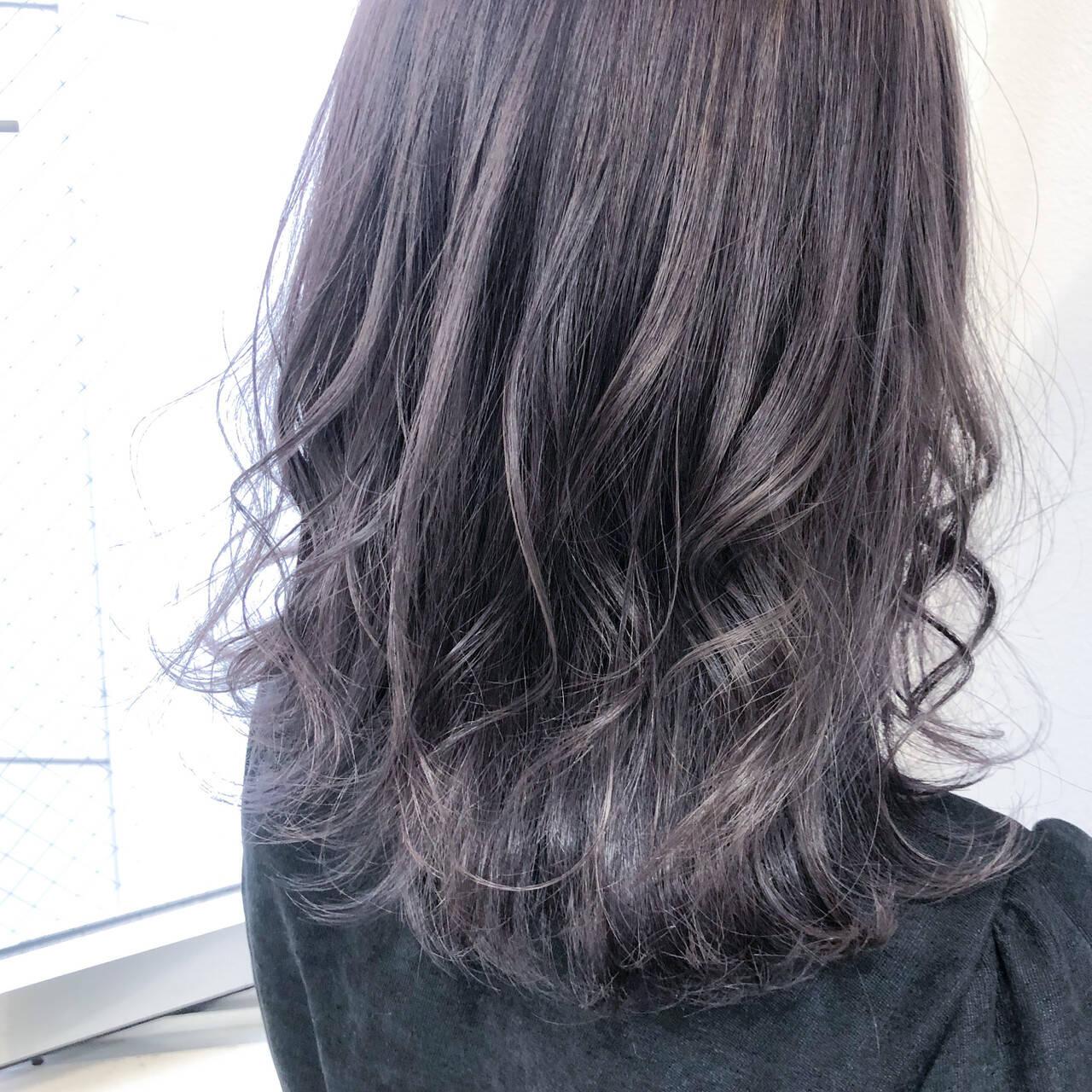 巻き髪 ストリート セミロング ラベンダーグレージュヘアスタイルや髪型の写真・画像