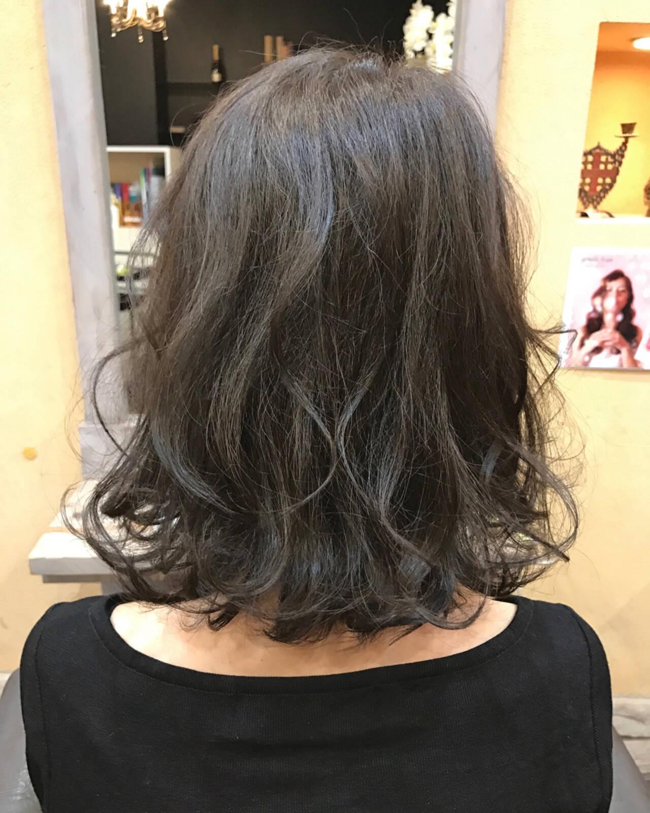 ボブ アッシュグレージュ 切りっぱなし ミディアムヘアスタイルや髪型の写真・画像