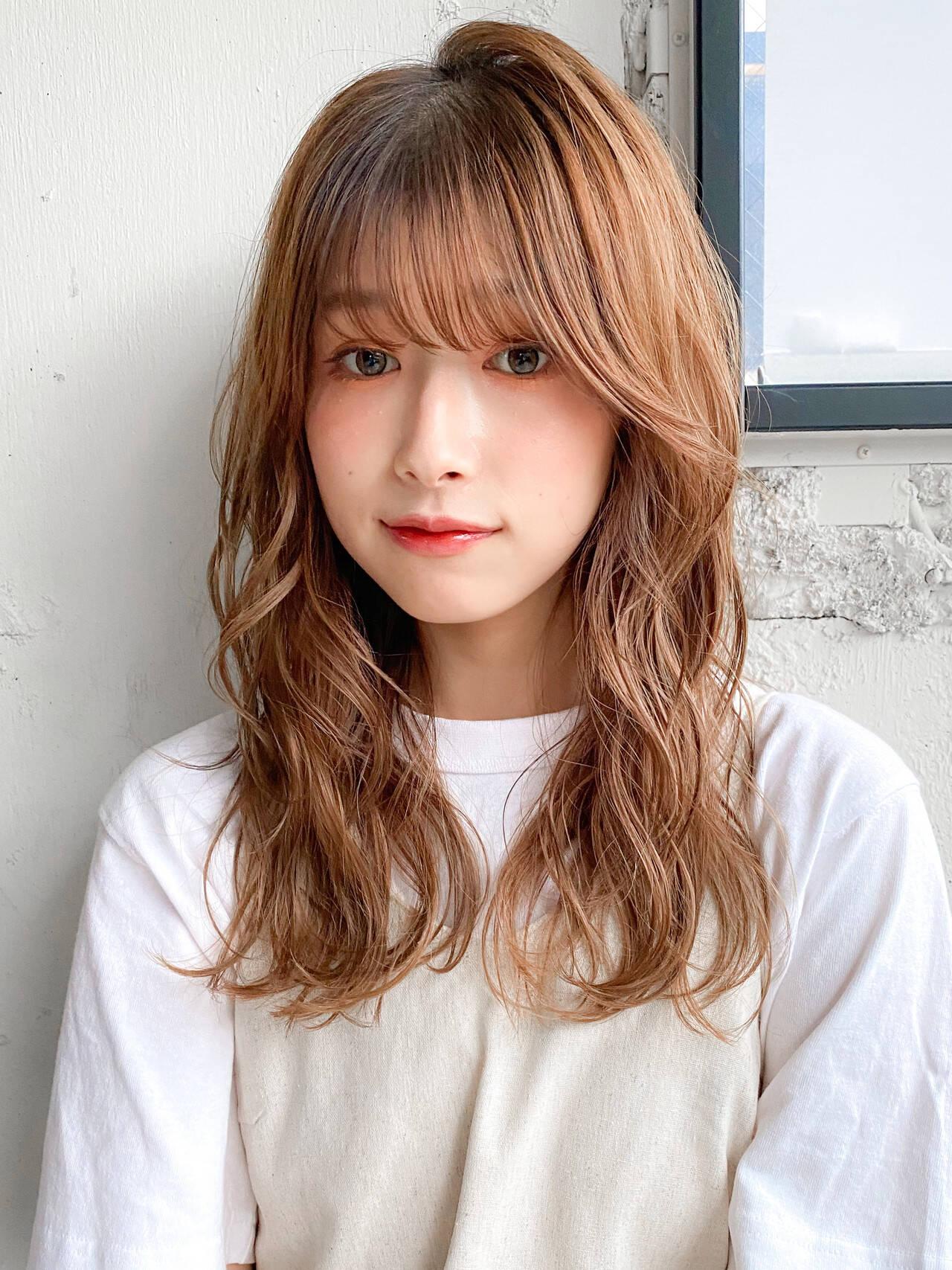ミルクティーベージュ くびれカール パーマ デジタルパーマヘアスタイルや髪型の写真・画像
