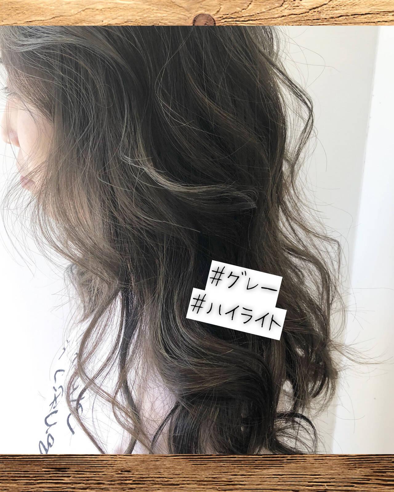 グレージュ ロング ナチュラル 大人ハイライトヘアスタイルや髪型の写真・画像