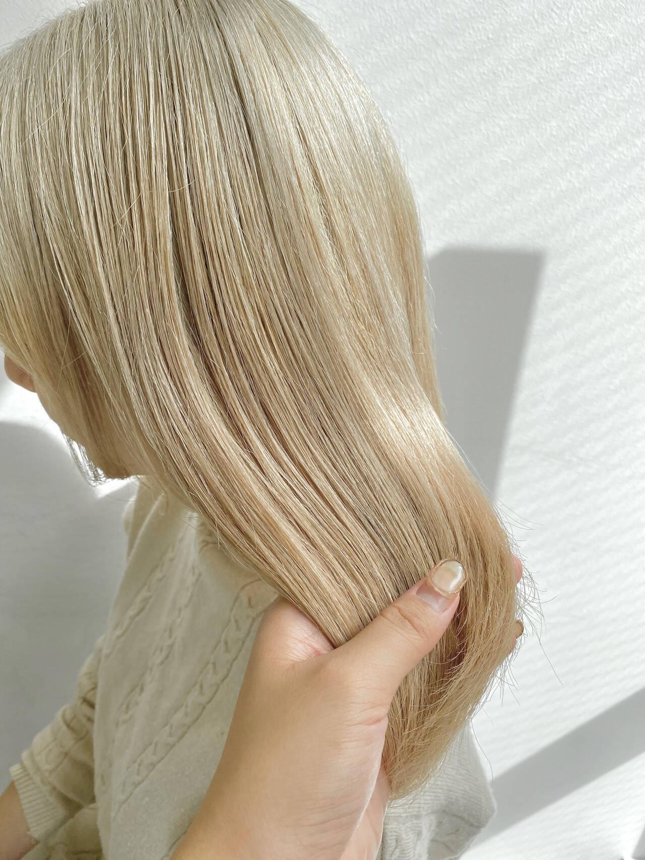 アッシュグレージュ 成人式カラー フェミニン ホワイトベージュヘアスタイルや髪型の写真・画像