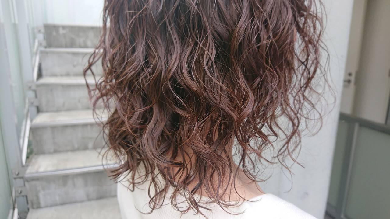 ミディアム ウェーブヘア ウェーブ ナチュラルヘアスタイルや髪型の写真・画像