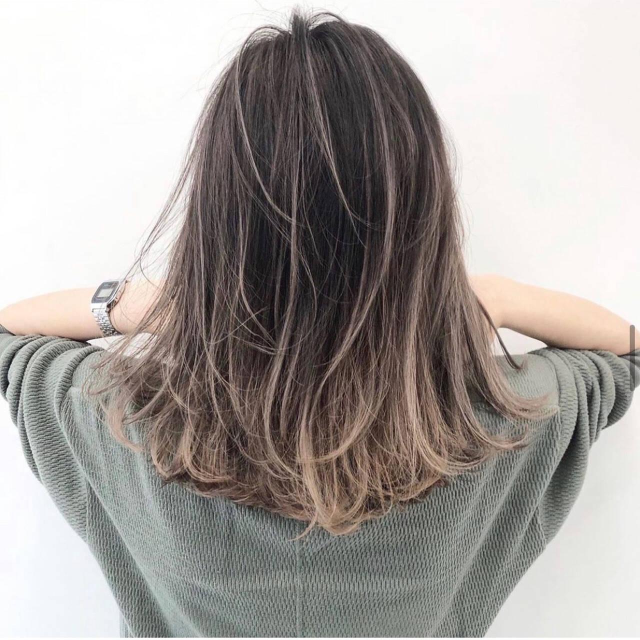 ハイライト グレージュ ラベンダーグレージュ エレガントヘアスタイルや髪型の写真・画像