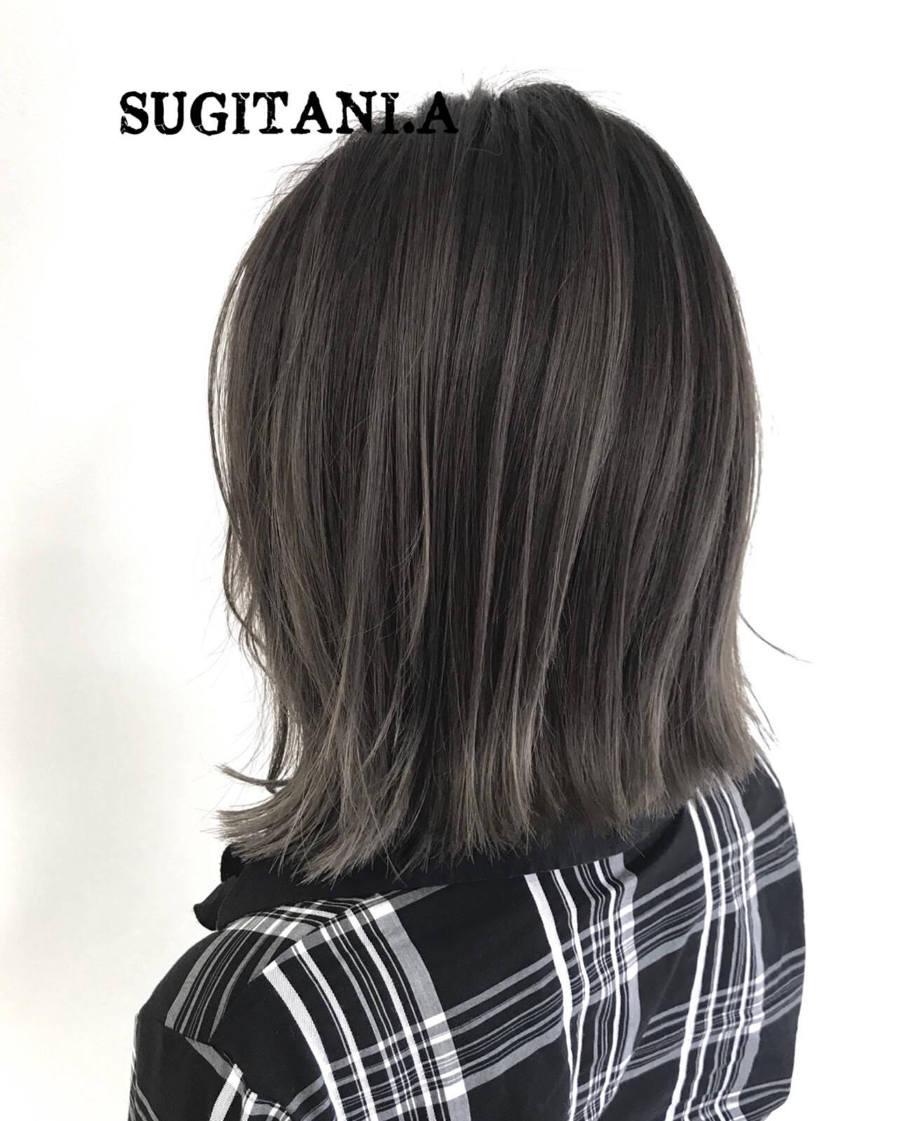 グレージュ 外ハネ ハイトーン イルミナカラーヘアスタイルや髪型の写真・画像