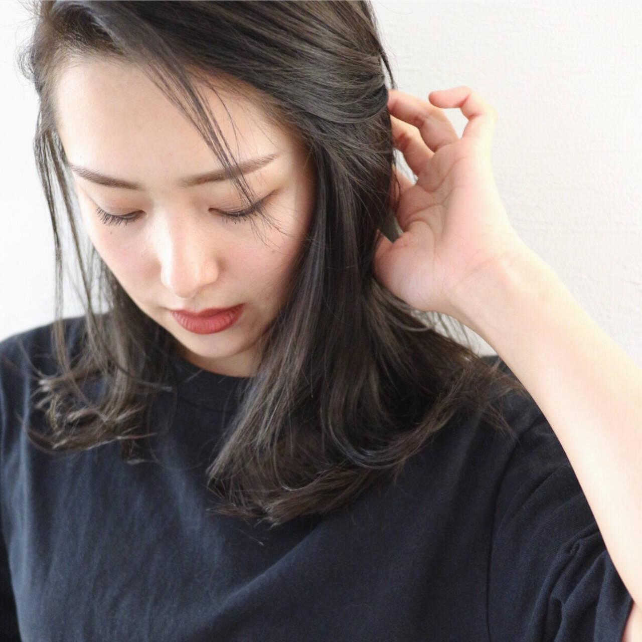 グレー グレーアッシュ セミロング ダークアッシュヘアスタイルや髪型の写真・画像