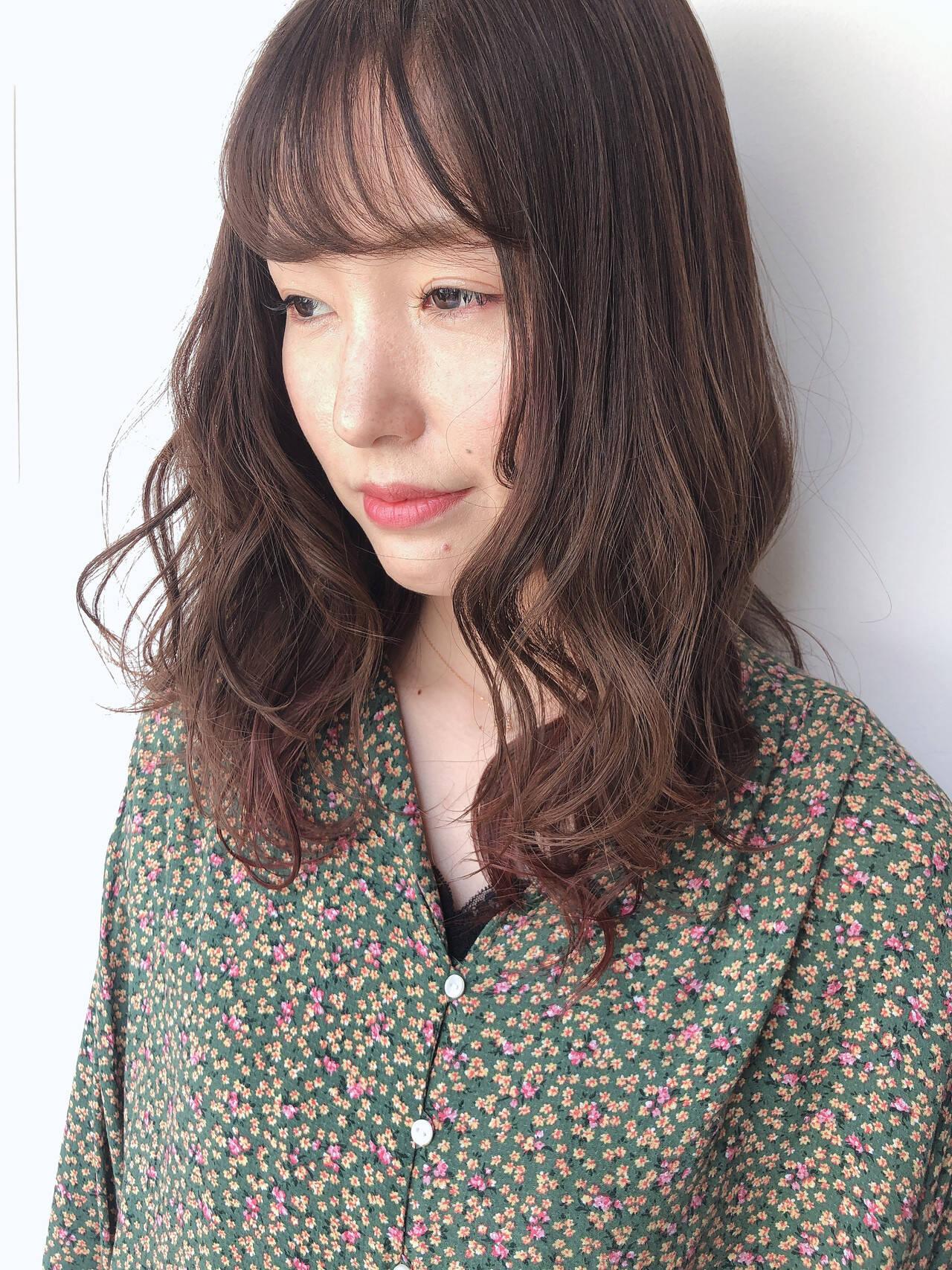 ミルクティーベージュ ヘアアレンジ セミロング パーマヘアスタイルや髪型の写真・画像