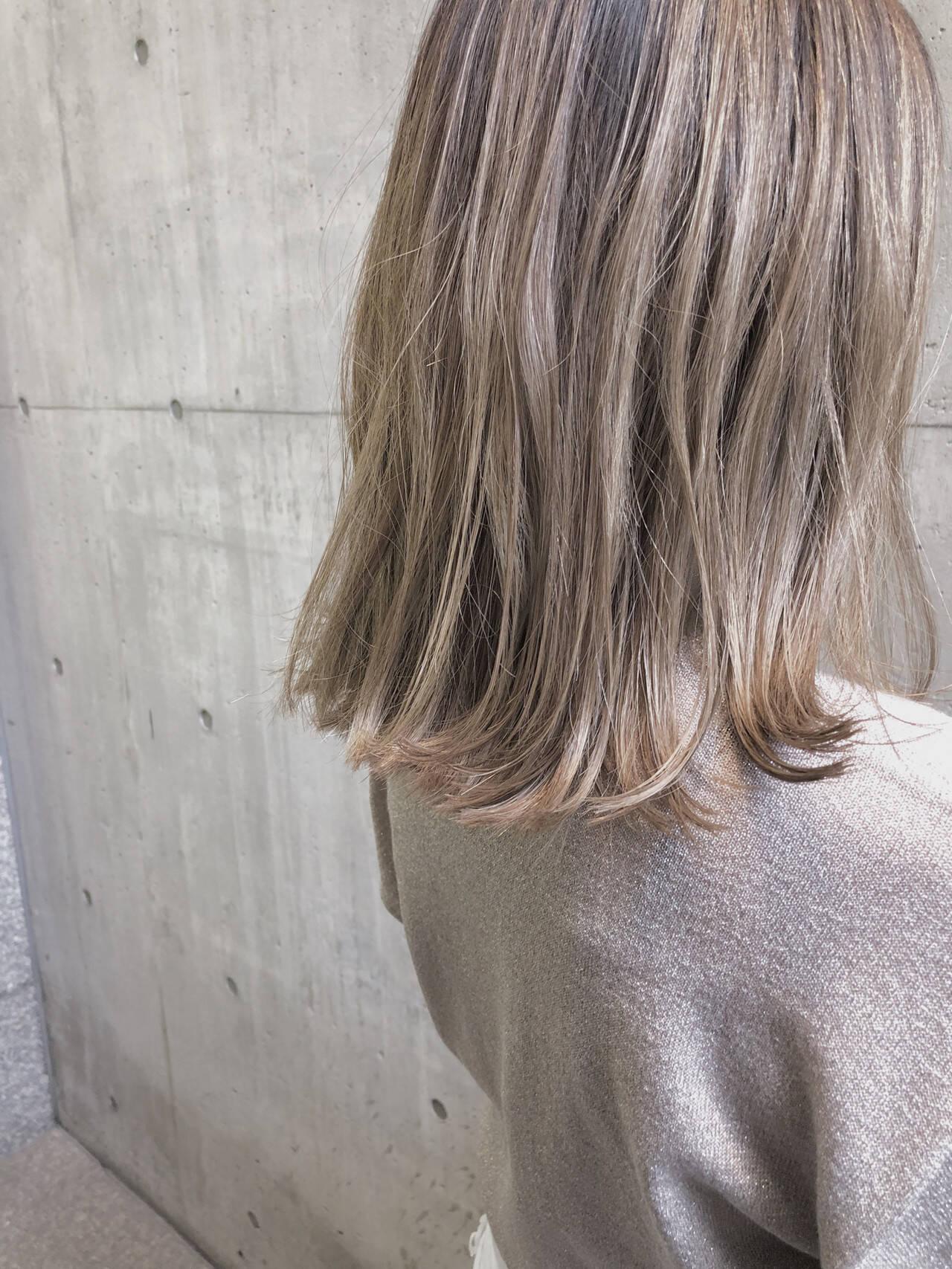 ナチュラル ミルクティーベージュ ミディアム ベージュヘアスタイルや髪型の写真・画像