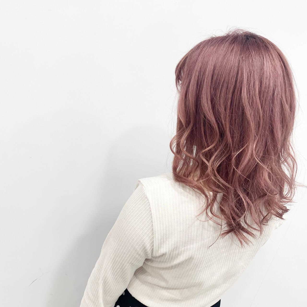 コテ巻き ブリーチ ハイトーン フェミニンヘアスタイルや髪型の写真・画像