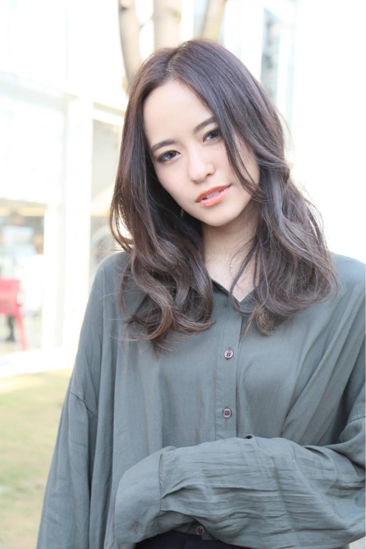 外国人風カラー ナチュラル グレー ハイライトヘアスタイルや髪型の写真・画像