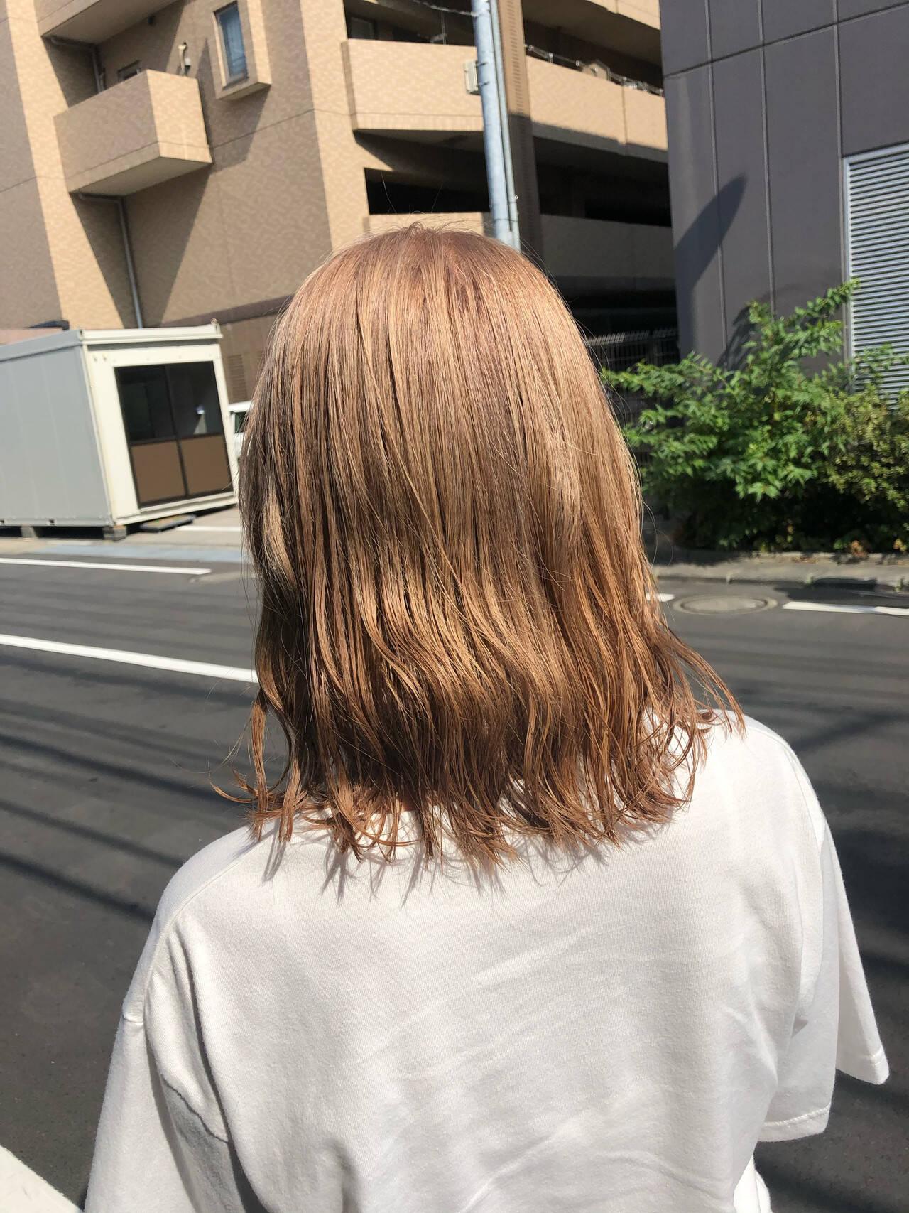 ミルクティーブラウン ミディアム ハイトーンカラー ガーリーヘアスタイルや髪型の写真・画像