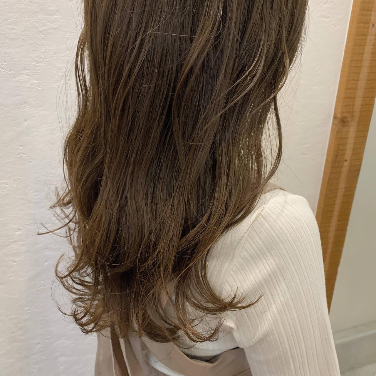 アッシュベージュ ロング ベージュ ガーリーヘアスタイルや髪型の写真・画像
