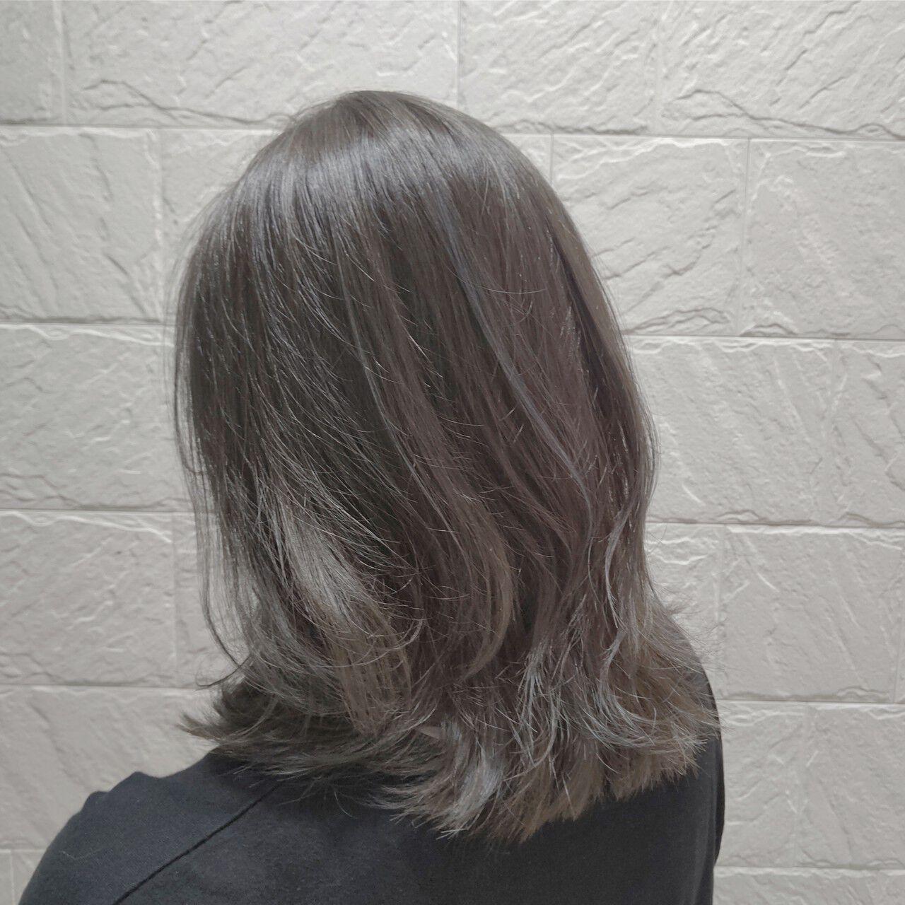 グレージュ シルバー ミディアム ナチュラルヘアスタイルや髪型の写真・画像