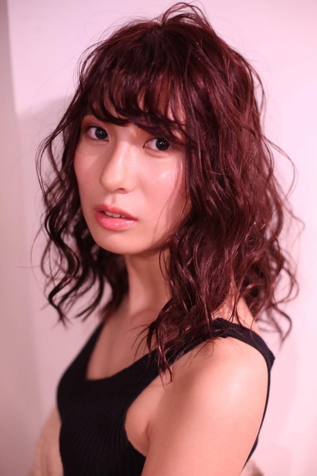 レッドカラー ピンク マルサラ ゆるふわヘアスタイルや髪型の写真・画像