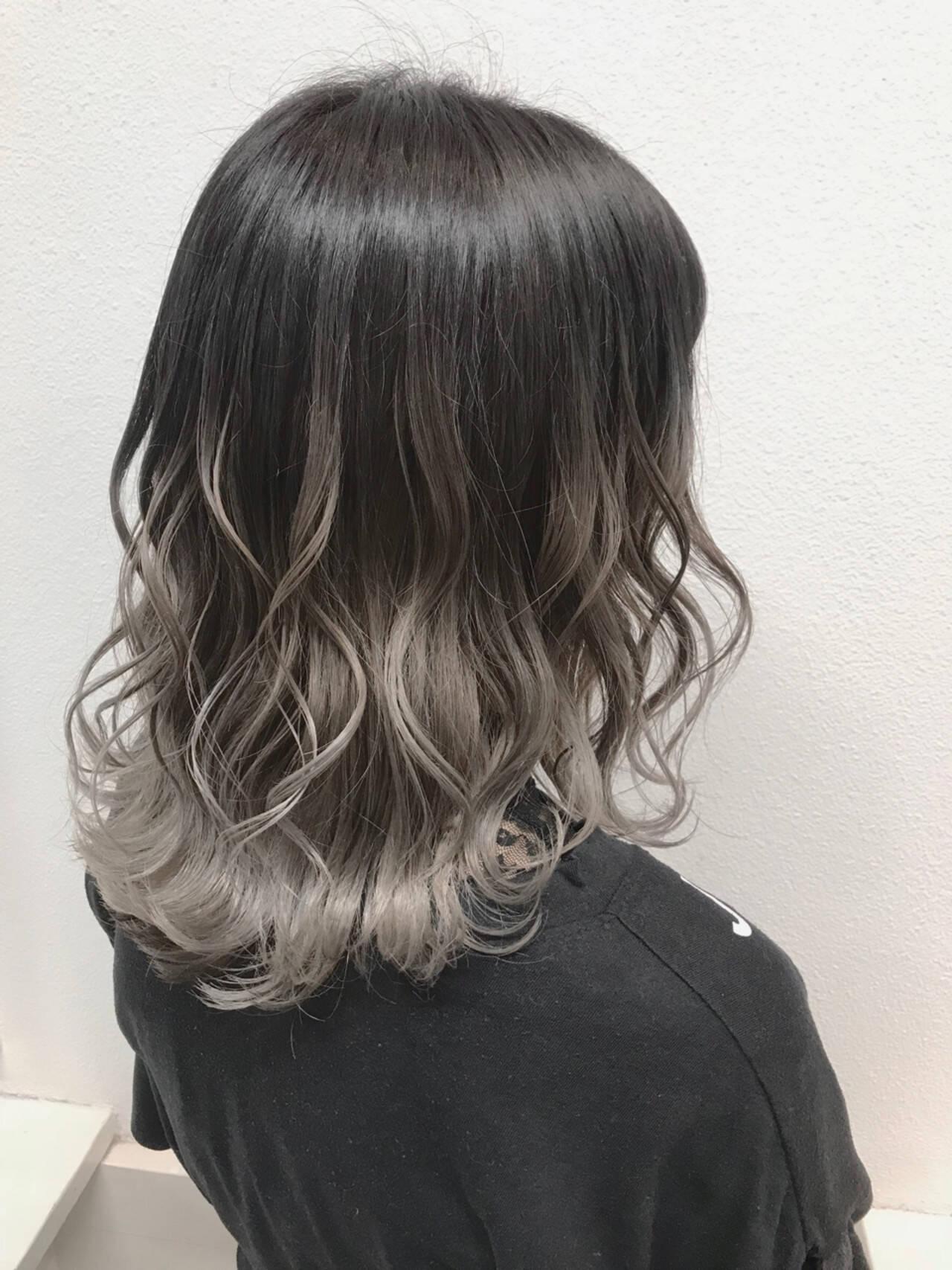透明感 シルバー バレイヤージュ ストリートヘアスタイルや髪型の写真・画像