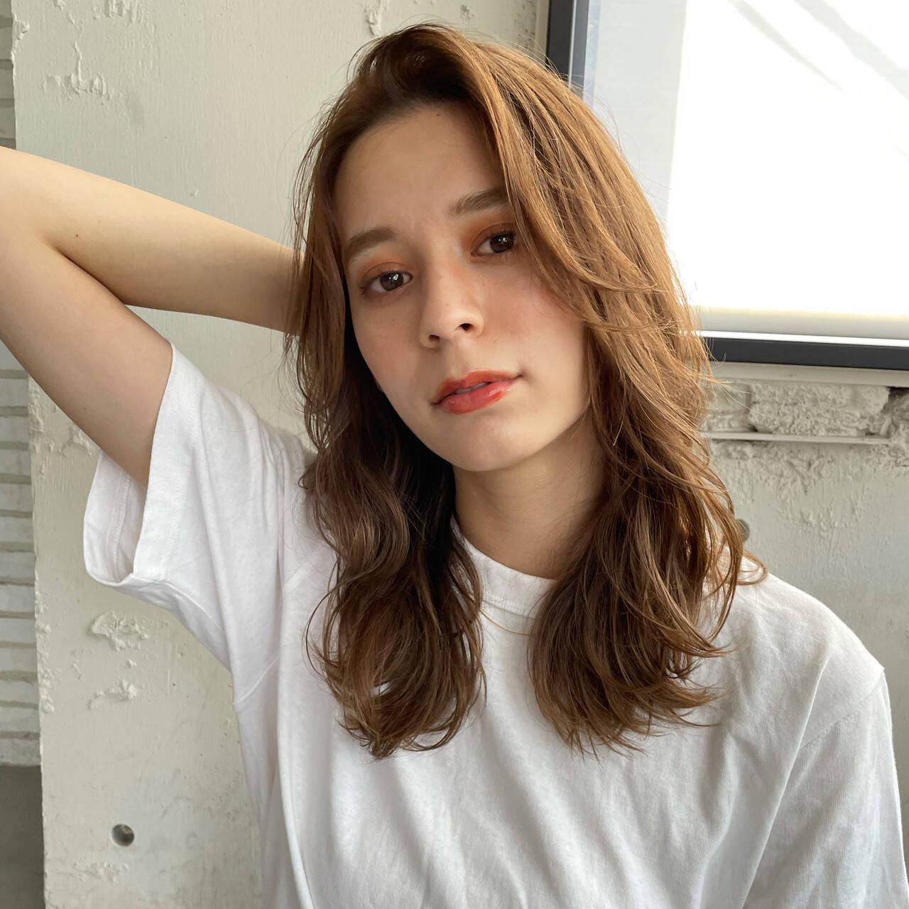 かきあげバング セミロング レイヤー 巻き髪ヘアスタイルや髪型の写真・画像