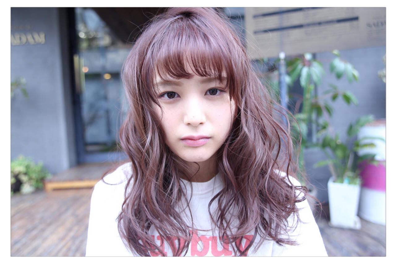 透明感 ベリーピンク 前髪あり セミロングヘアスタイルや髪型の写真・画像