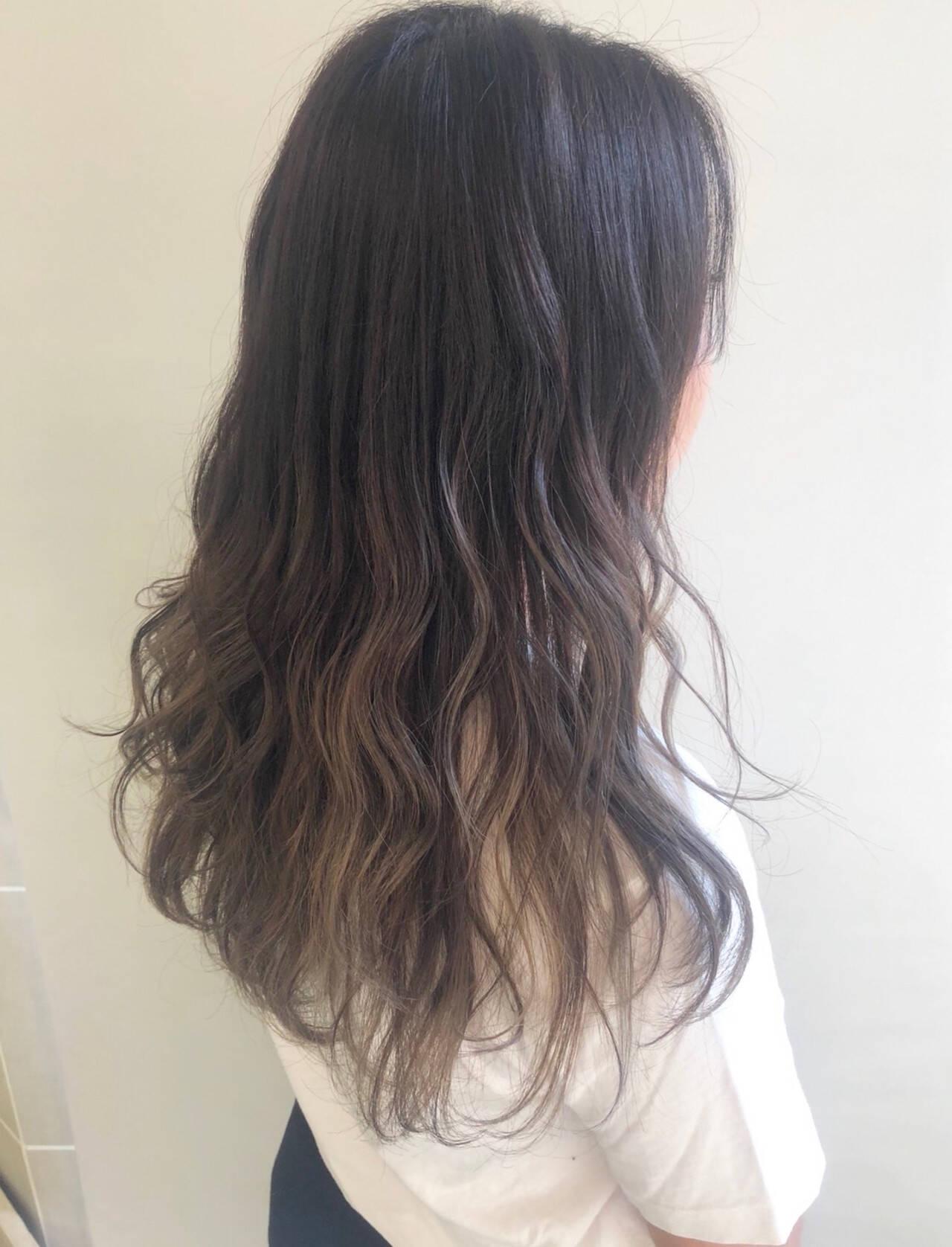 ロング 極細ハイライト スモーキーアッシュ ナチュラルヘアスタイルや髪型の写真・画像