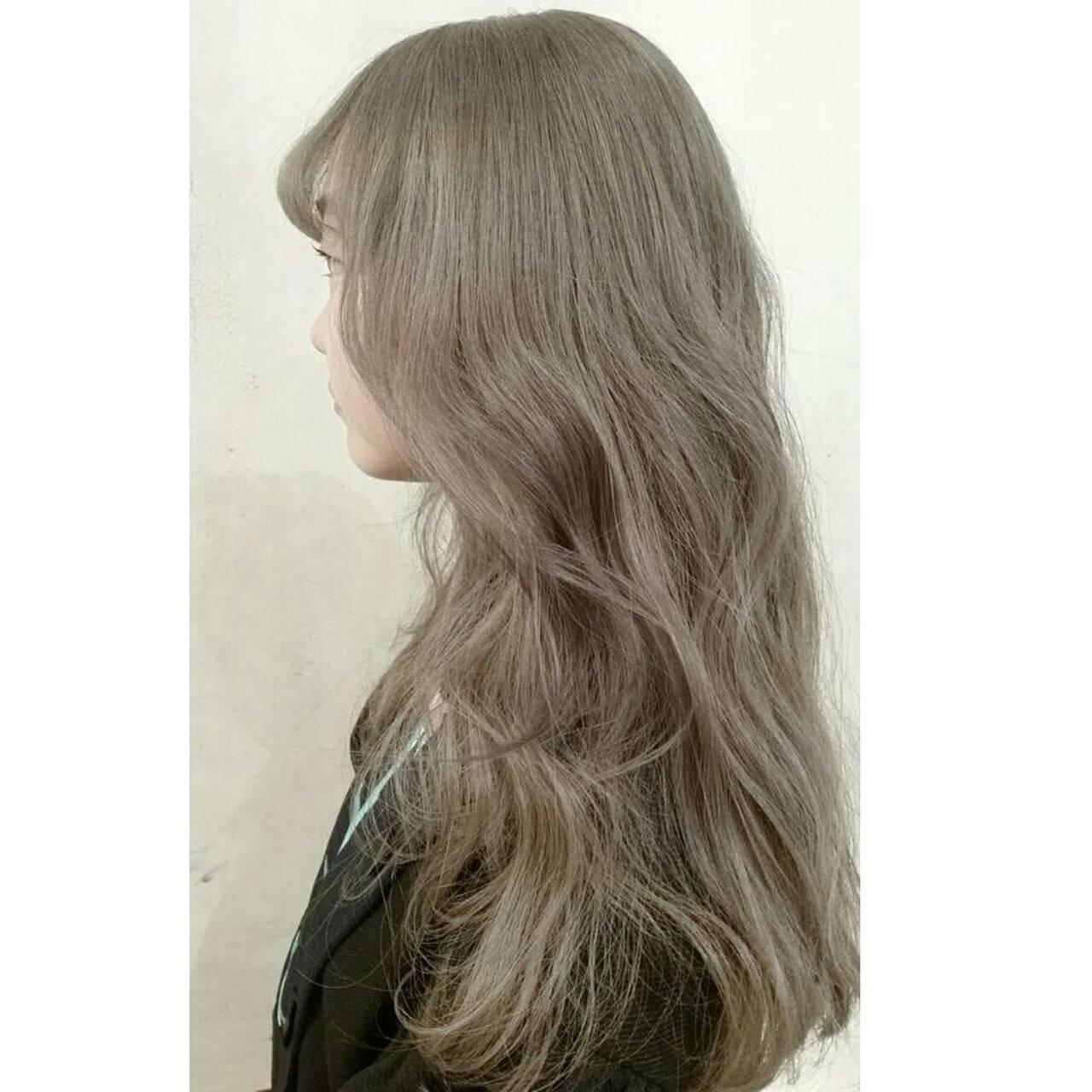 ハイトーン アッシュグレージュ ミディアム アッシュヘアスタイルや髪型の写真・画像