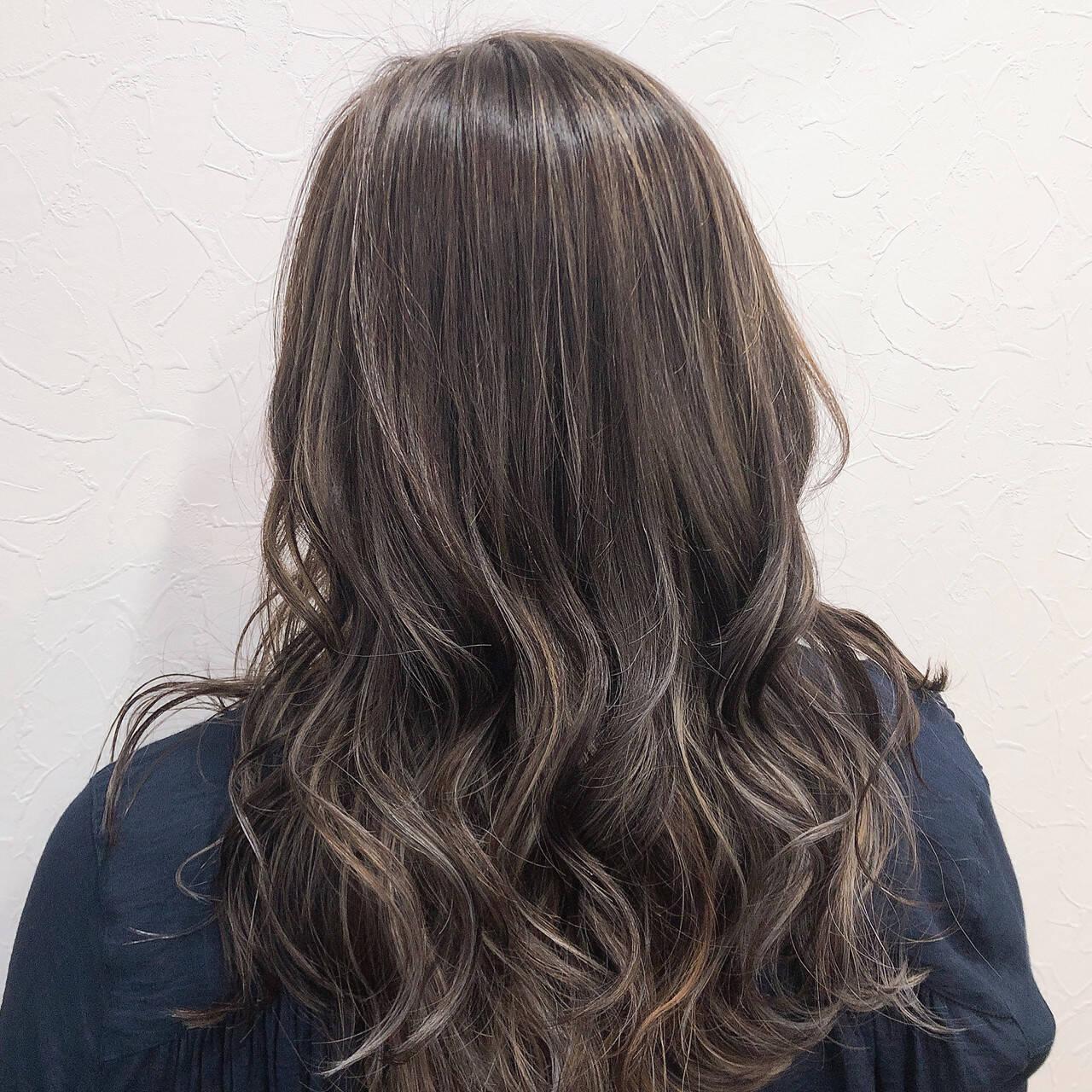 フェミニン ロング アッシュグレージュ 大人ハイライトヘアスタイルや髪型の写真・画像