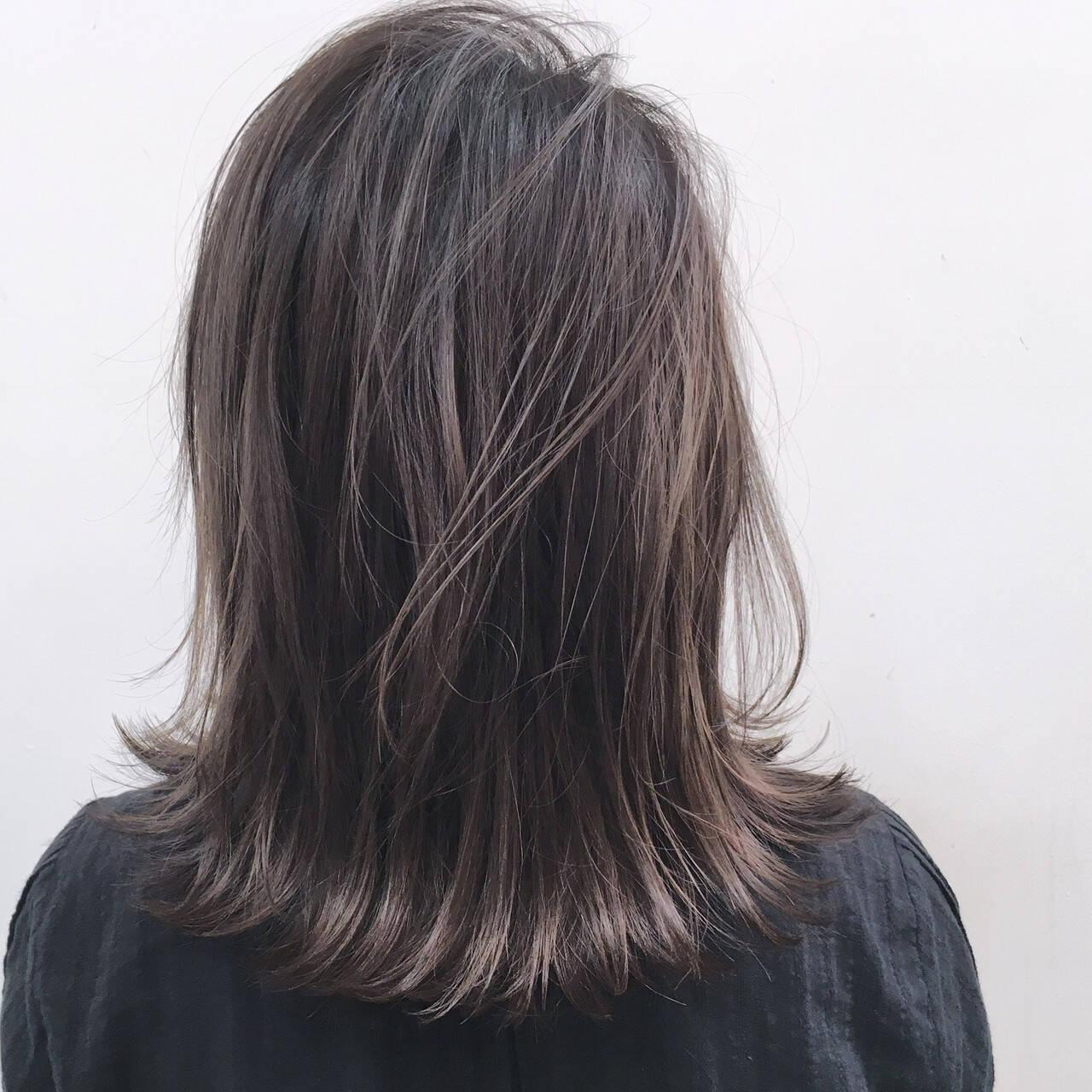 ナチュラル ハイライト アッシュグレージュ ミディアムヘアスタイルや髪型の写真・画像