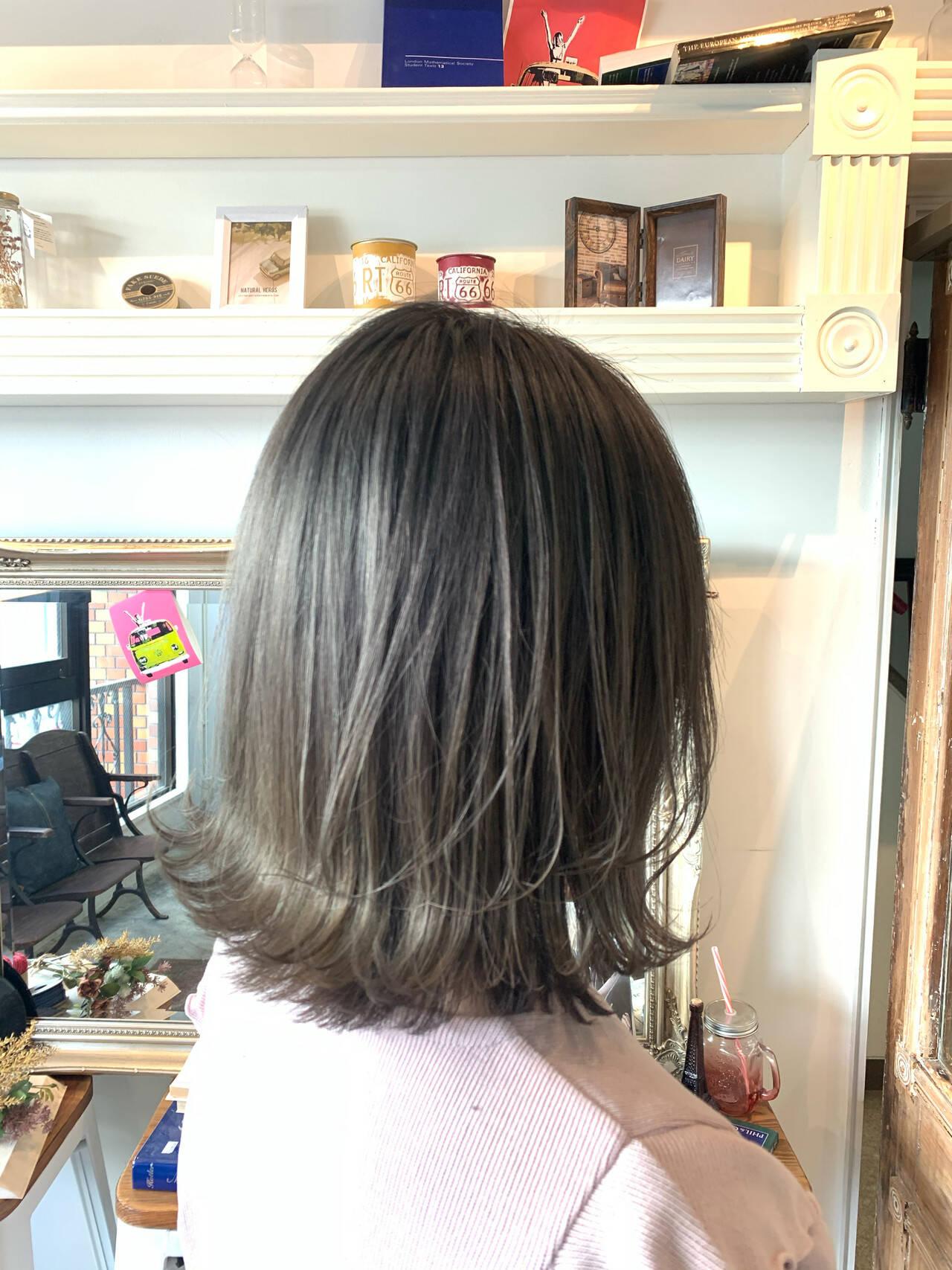 グレージュ 切りっぱなしボブ ミニボブ セミロングヘアスタイルや髪型の写真・画像