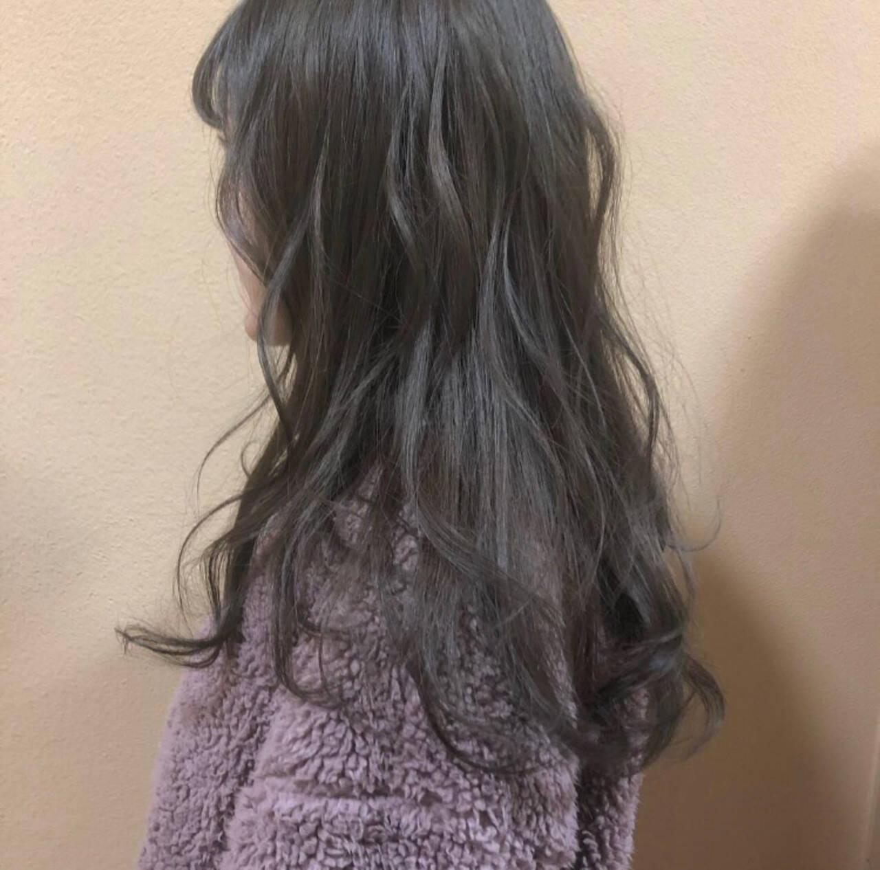 グレージュ スモーキーアッシュ アッシュ フェミニンヘアスタイルや髪型の写真・画像