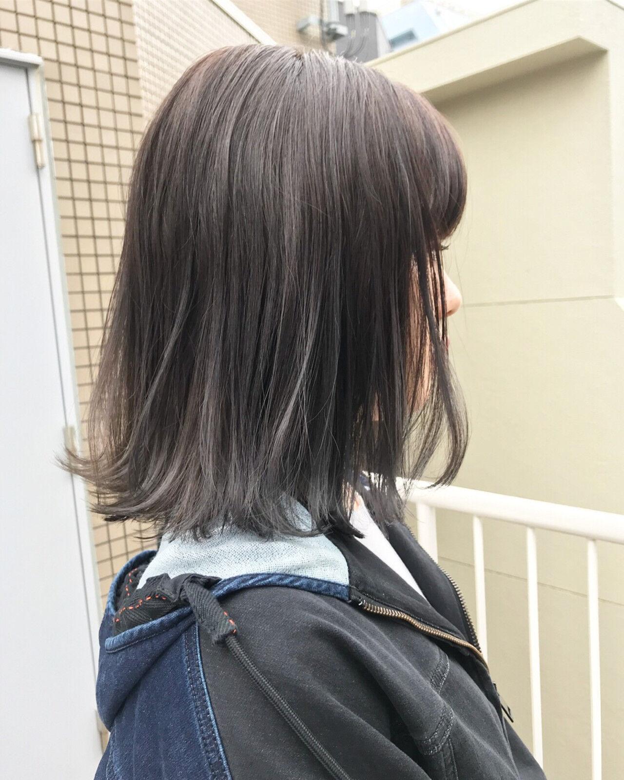 ナチュラル ロブ 外ハネ アッシュグレーヘアスタイルや髪型の写真・画像