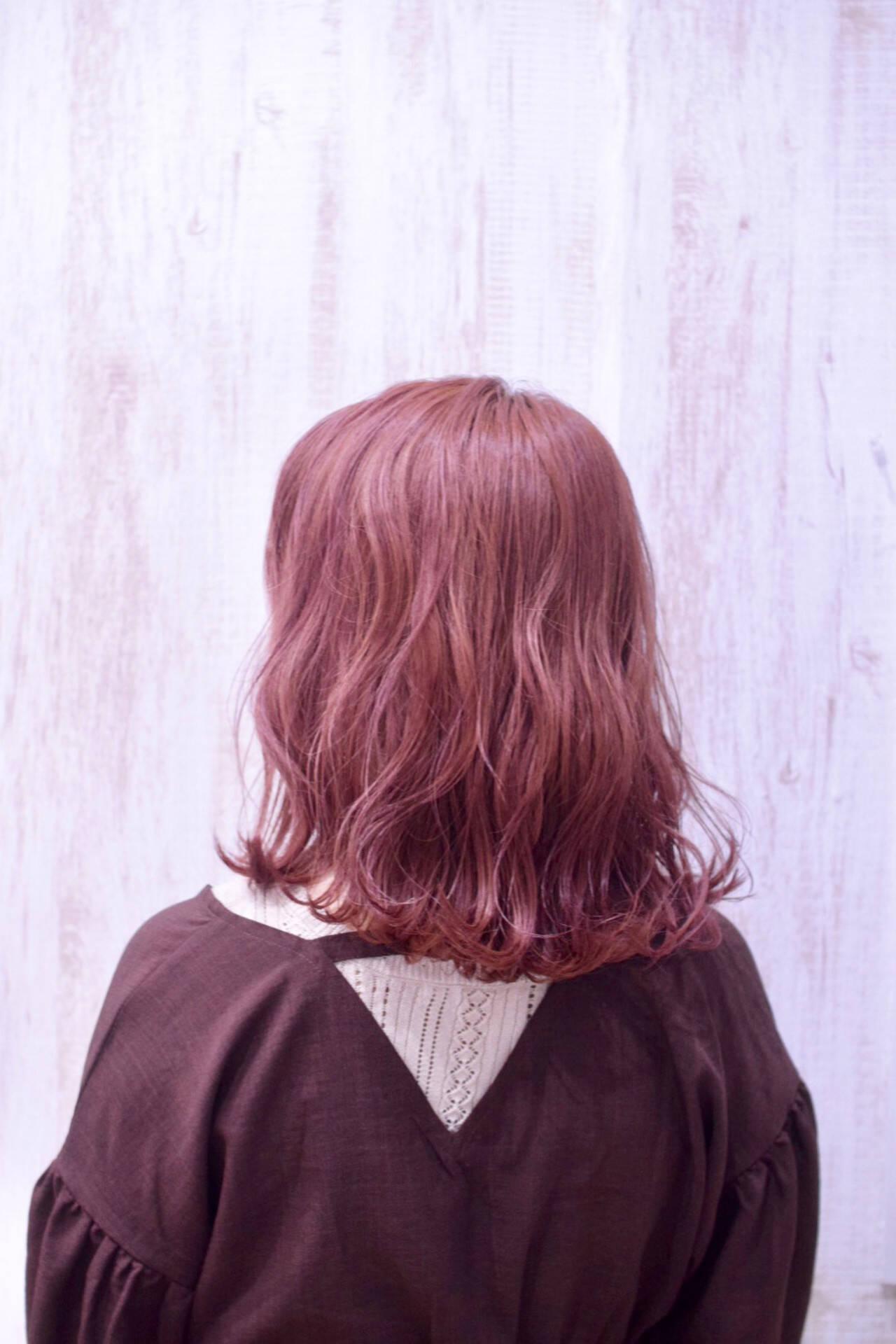 フェミニン チェリーレッド ミディアム コリアンカラーヘアスタイルや髪型の写真・画像