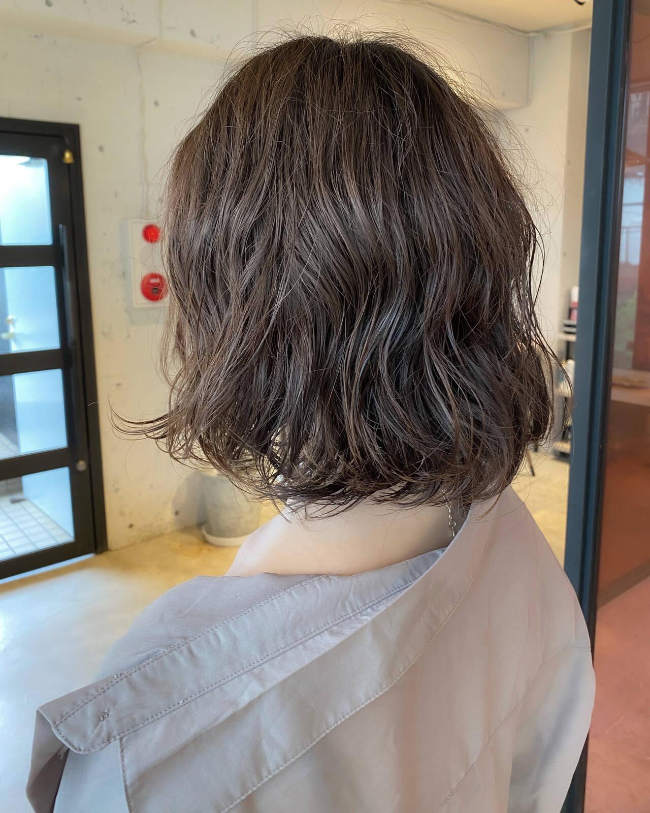 ゆるふわパーマ 透明感カラー ボブ 流し前髪ヘアスタイルや髪型の写真・画像