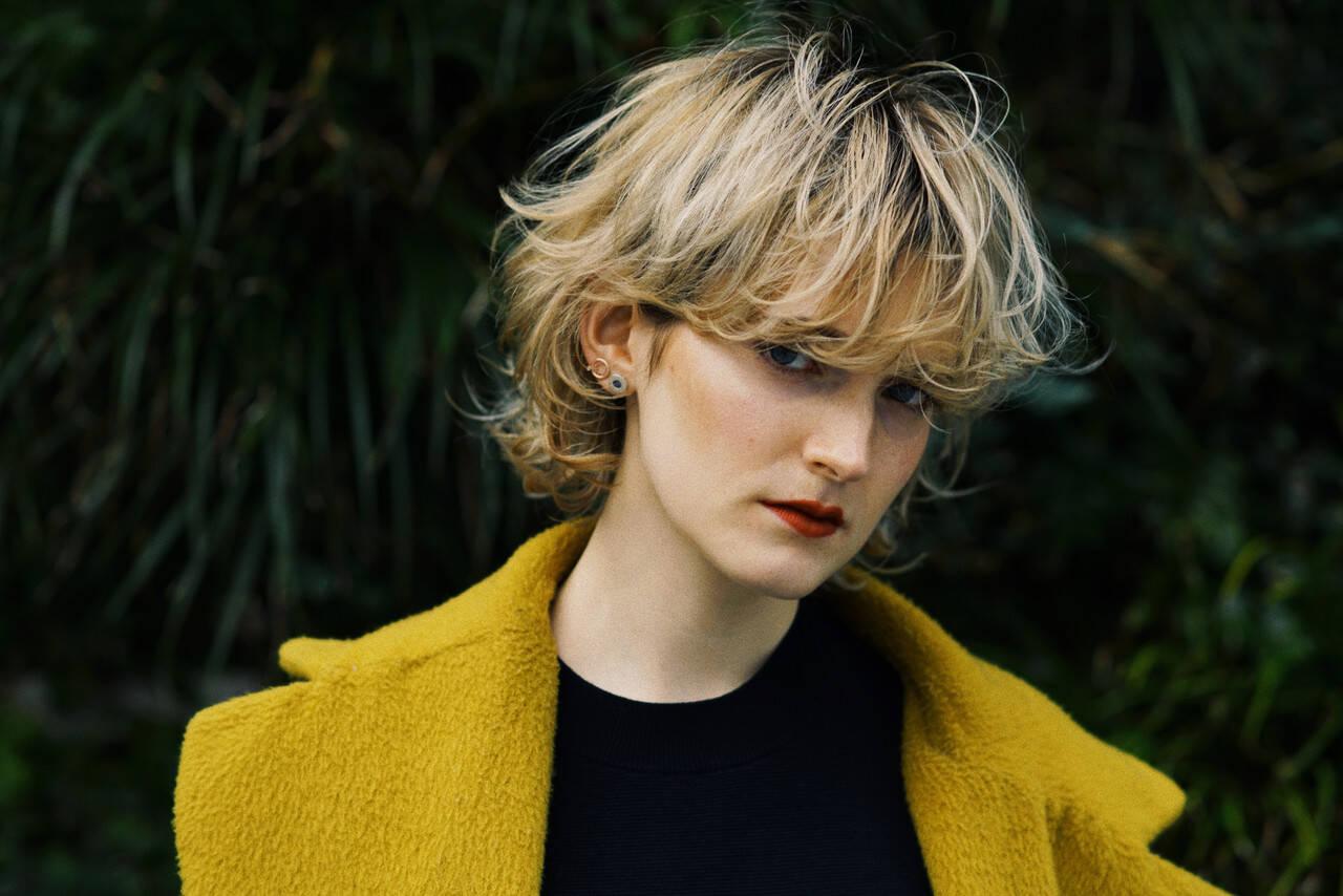 ブロンドカラー ショート マッシュウルフ クリームブロンドヘアスタイルや髪型の写真・画像